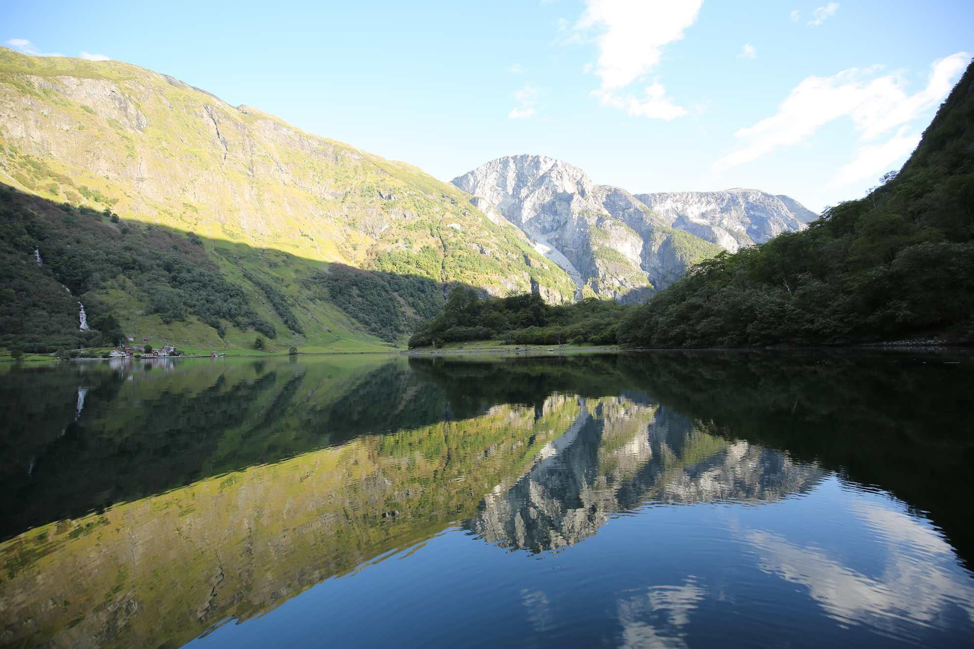 Schmelzwasser der Gletscher trifft in den Fjorden auf salziges Meerwasser.
