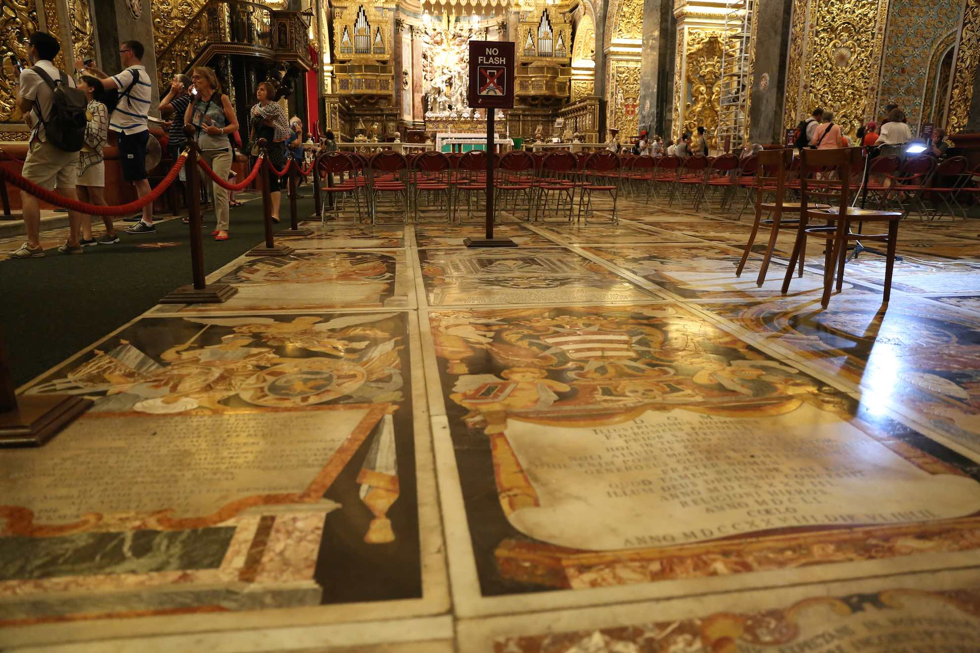 Der Boden besteht aus 375 Grabplatten aus Einlegearbeiten in Marmor.