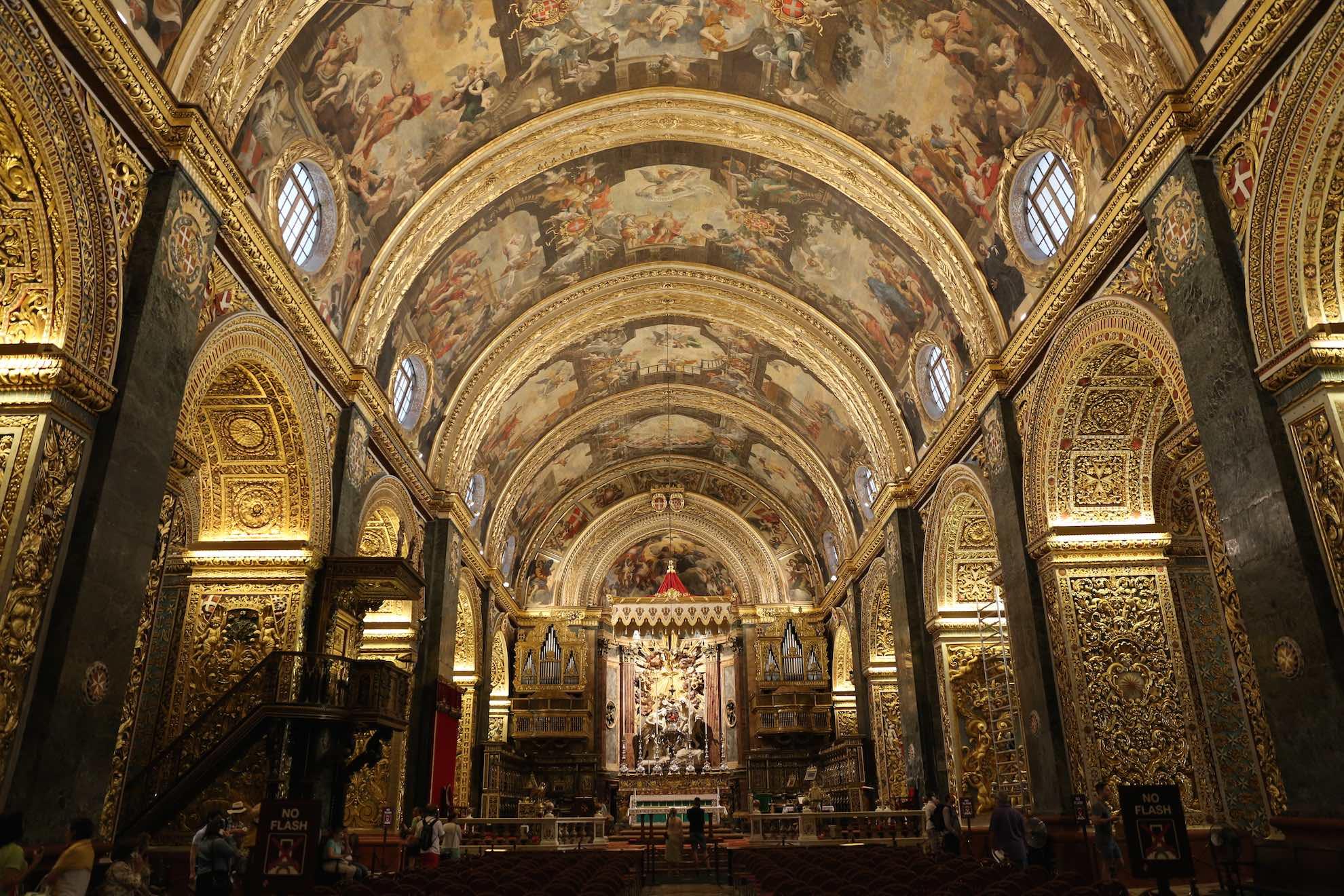Die St. John's Co-Cathedral ist aussen schlicht und innen in üppigem Barockstil dekoriert.