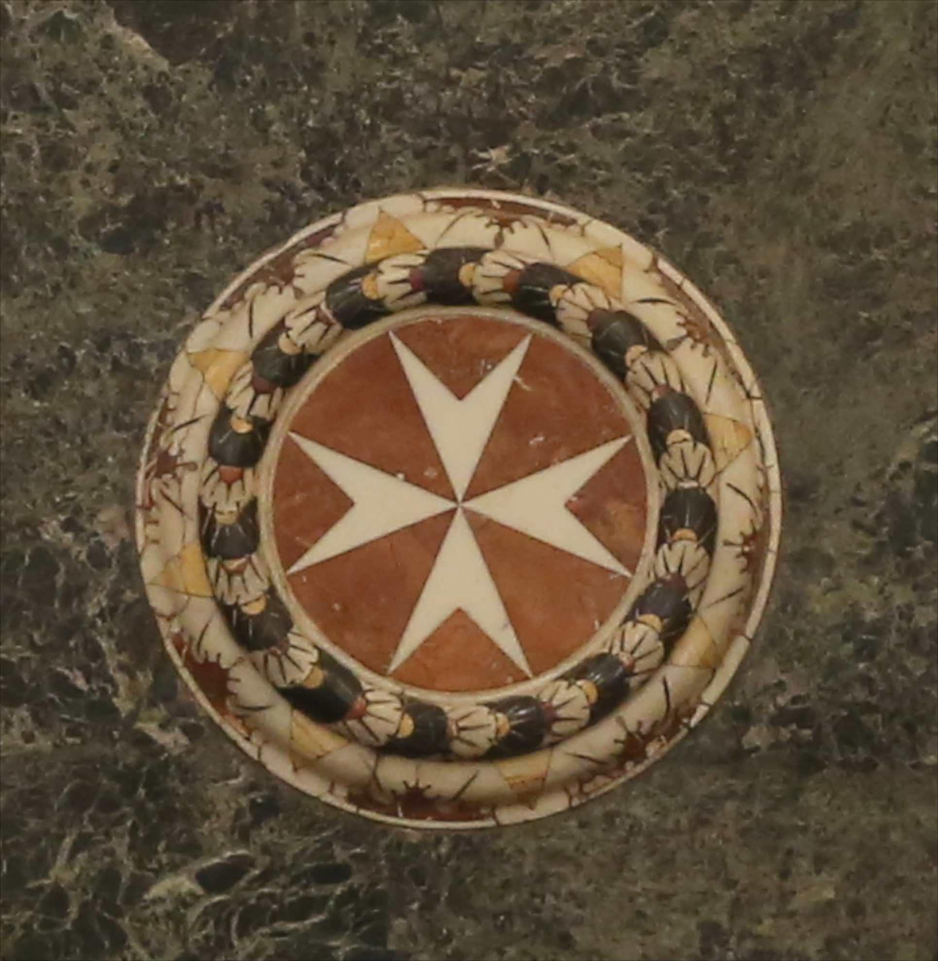 Die acht Spitzen des Malteserkreuzes symbolisieren die acht Herkunftsregionen der Ritter des Malteserordens.