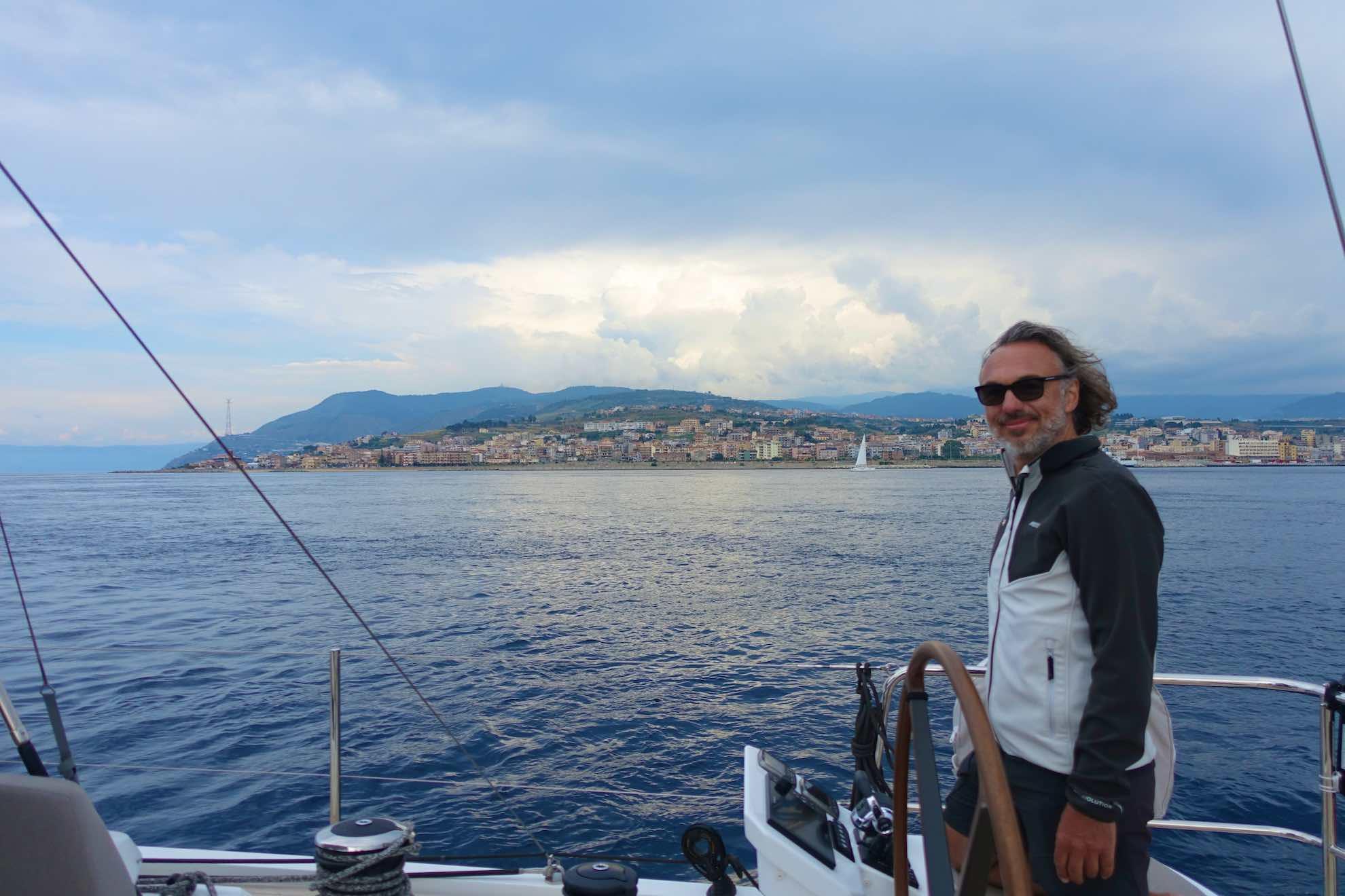 Die Straße von Messina, Meerenge zwischen Italiens Festland und Sizilien.