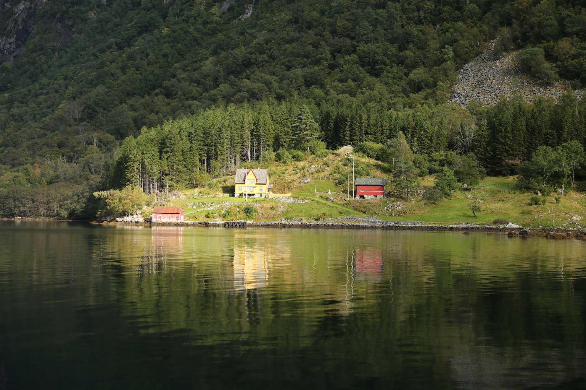 ... und mit circa 1.300 Metern Tiefe gleichzeitig der tiefste Fjord Norwegens.