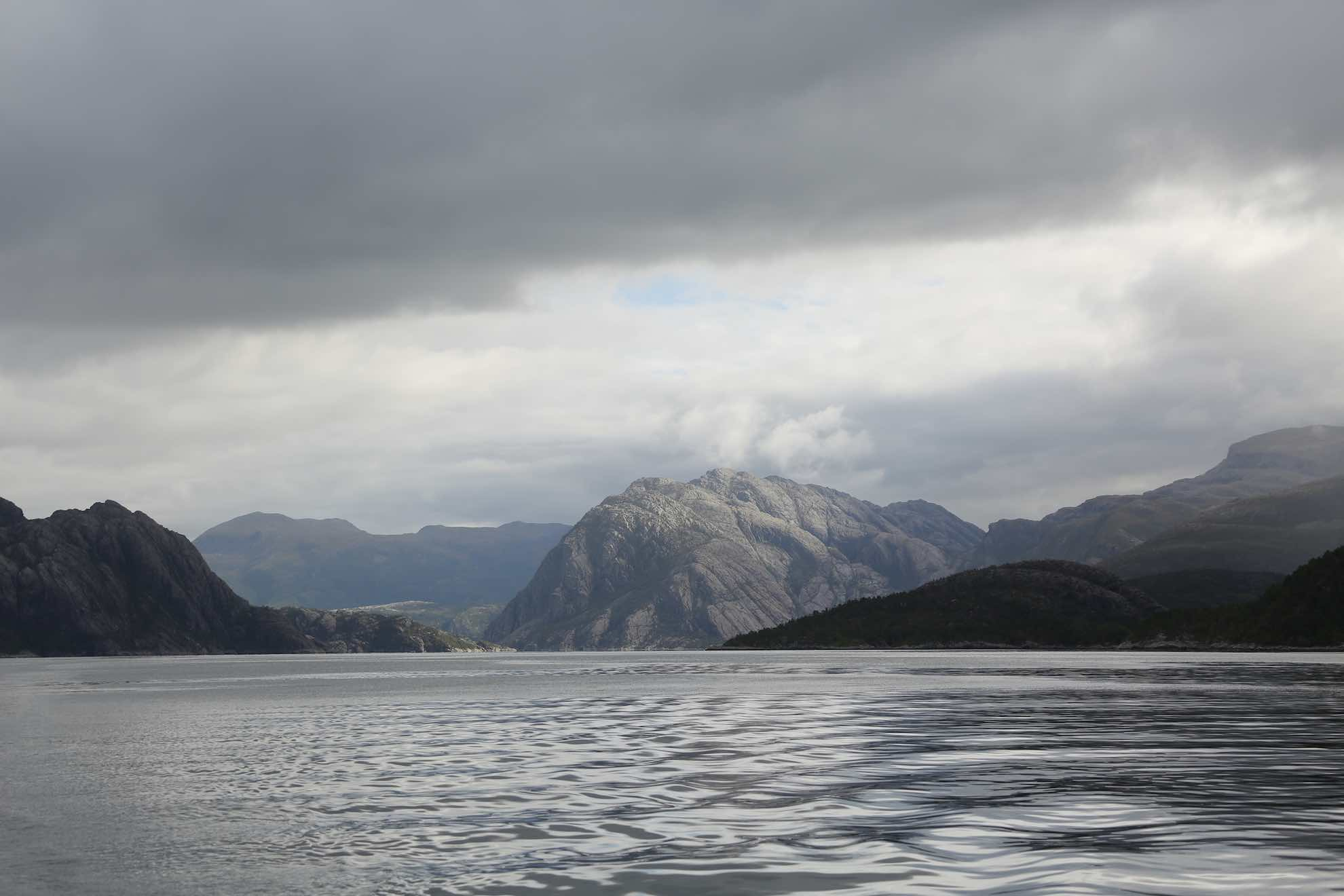 Steil steigen die Berge aus dem Wasser auf, mitunter sind sie bis zu 2.000 Meter hoch.