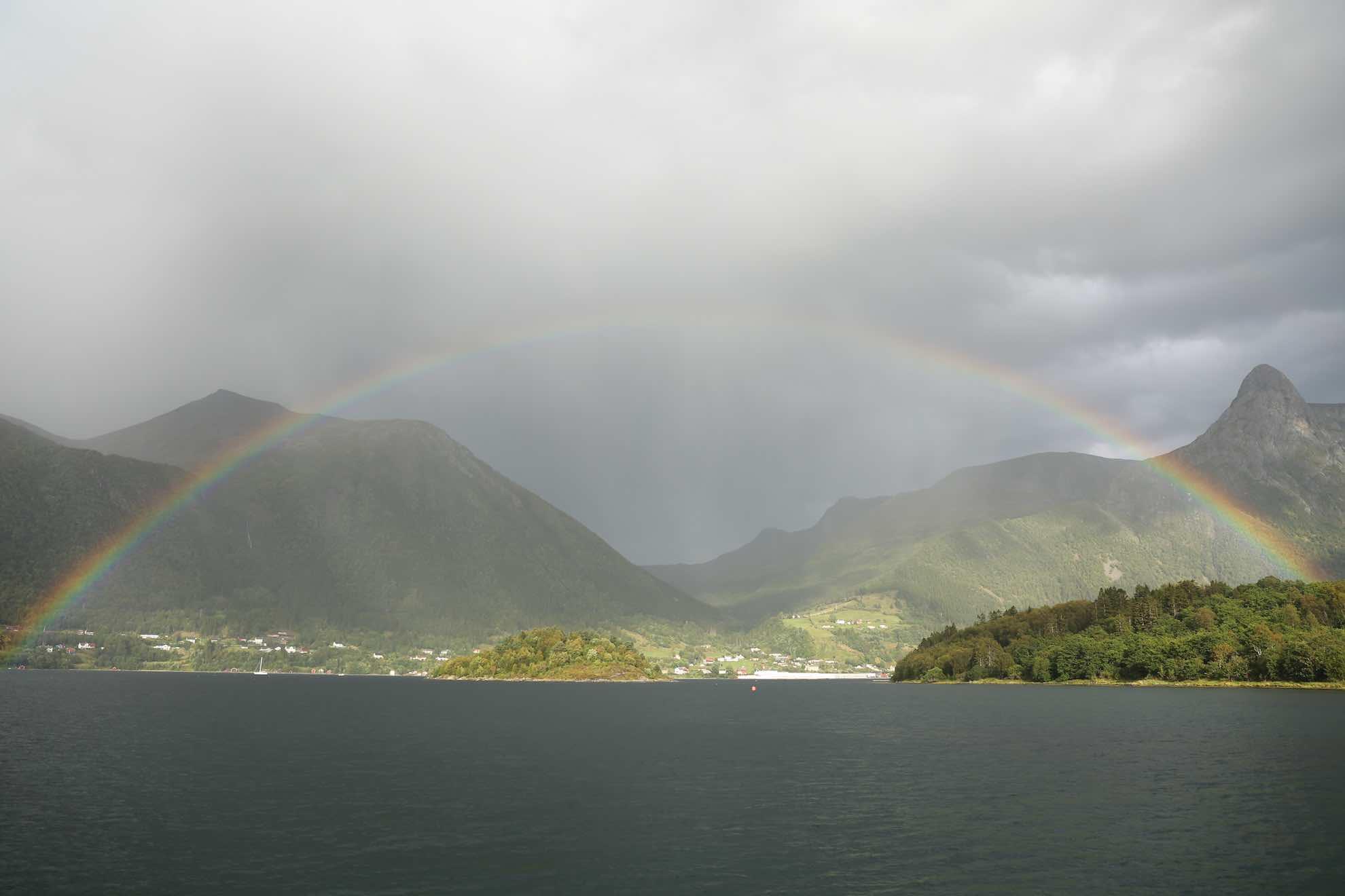 """Ein wunderschöner Regenbogen – auf Norwegisch ganz einfach """"Regnebue""""."""