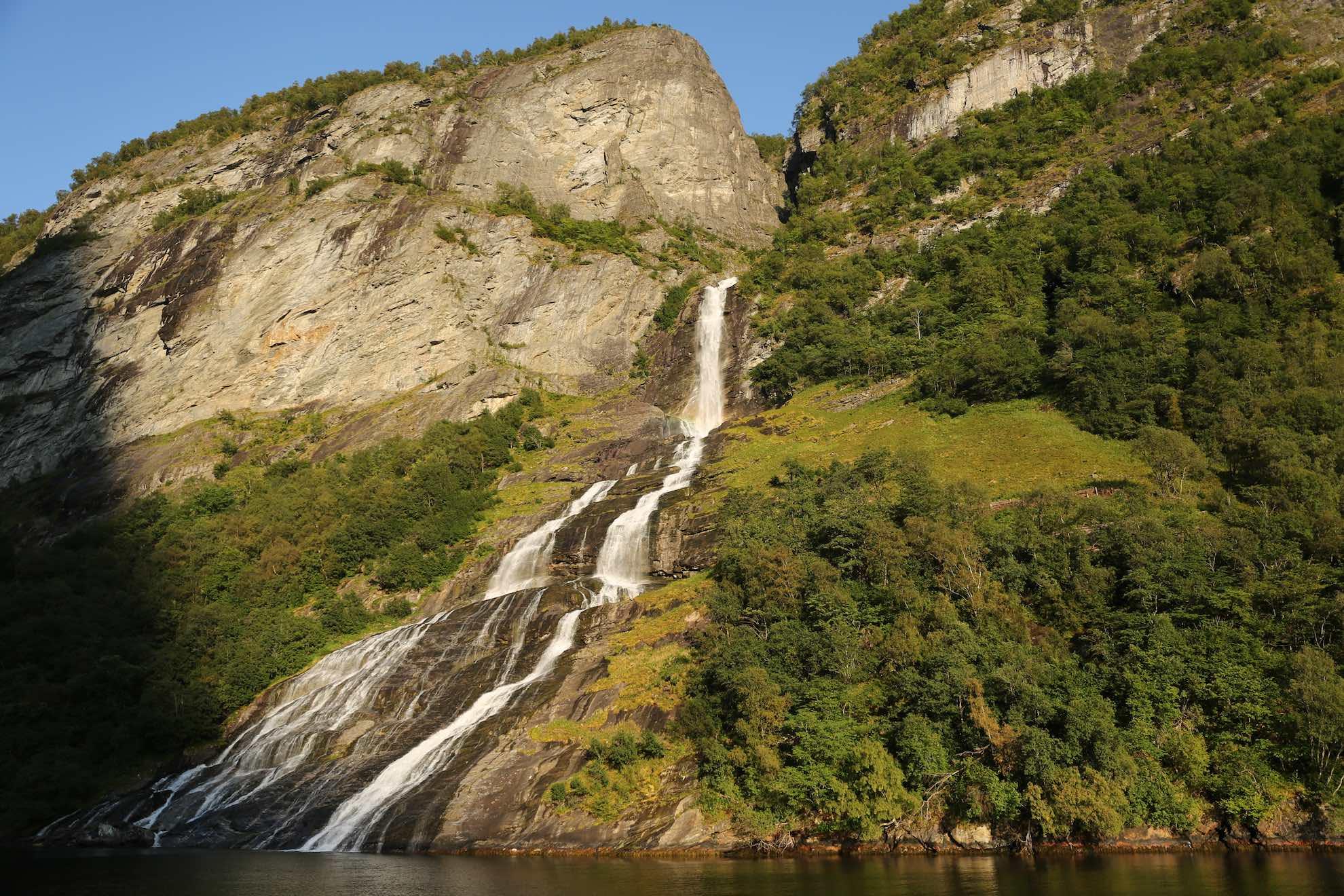 Spektakuläre Wasserfälle und Schluchten säumen das Ufer.