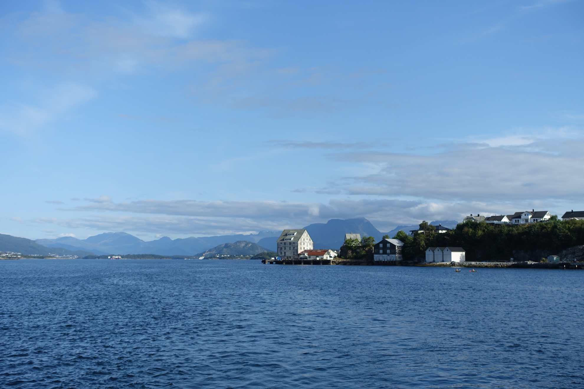 ... der Hafenstadt am Eingang zum berühmten Geirangerfjord.