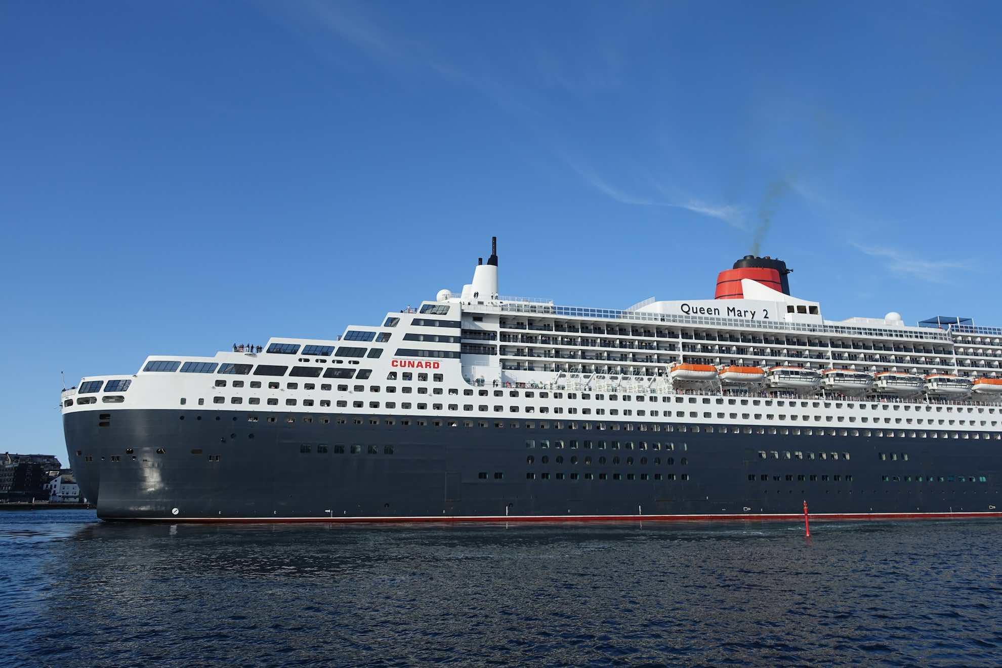 Kurz vor Ålesund treffen wir die Queen Mary 2. Sie ist hier eine regelmäßige Besucherin.