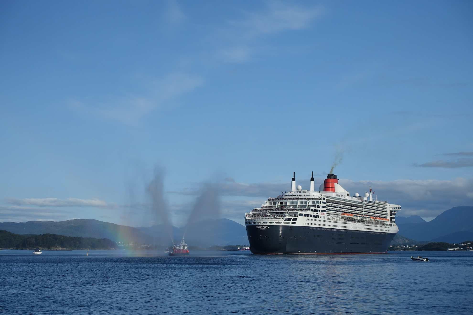 Ein Löschboot zaubert ihr zu Ehren einen Regenbogen in die Luft.