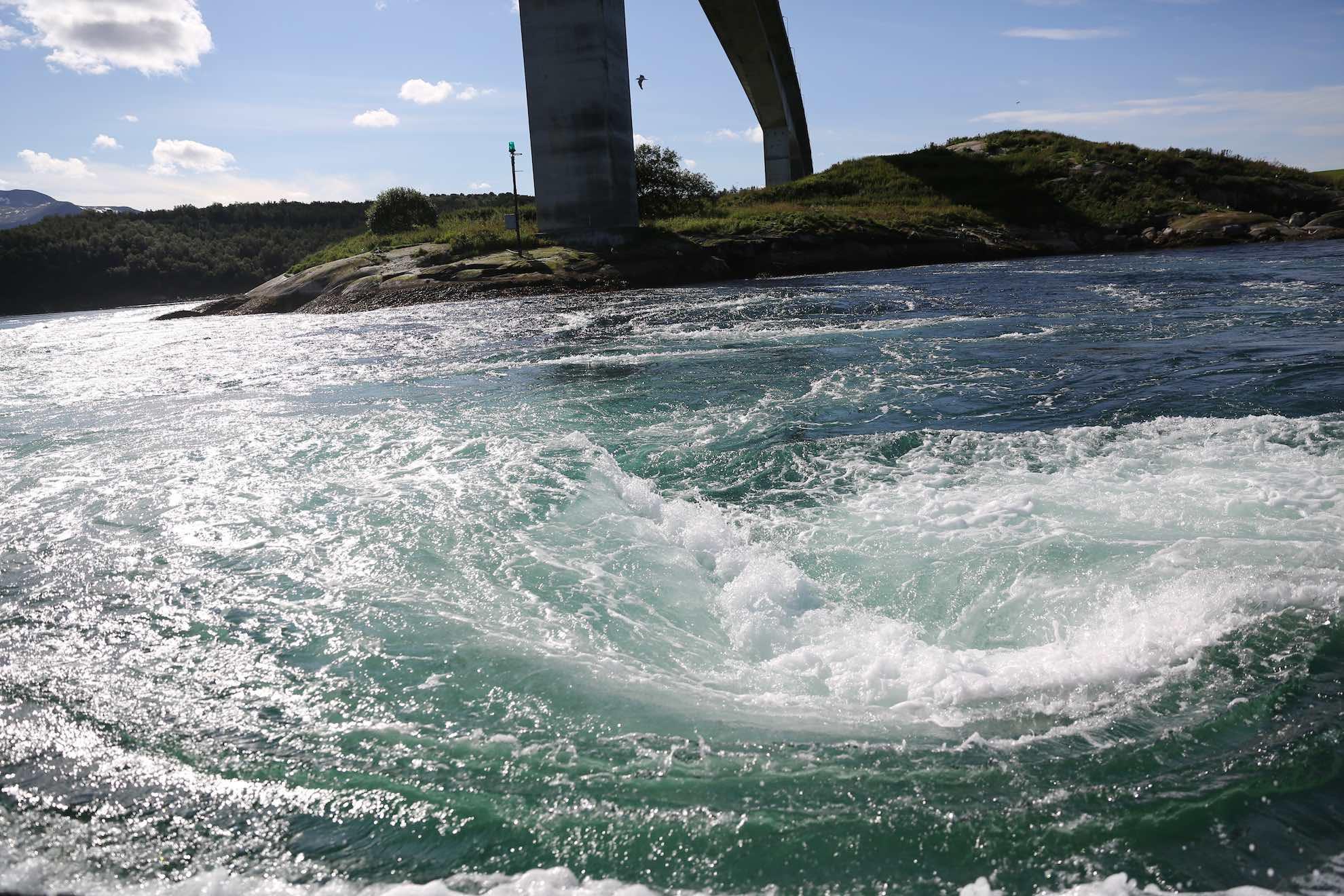 Der Saltstraumen südöstlich von Bodø ist einer der stärksten Gezeitenströme der Welt. Er fließt mit über 20 Knoten.