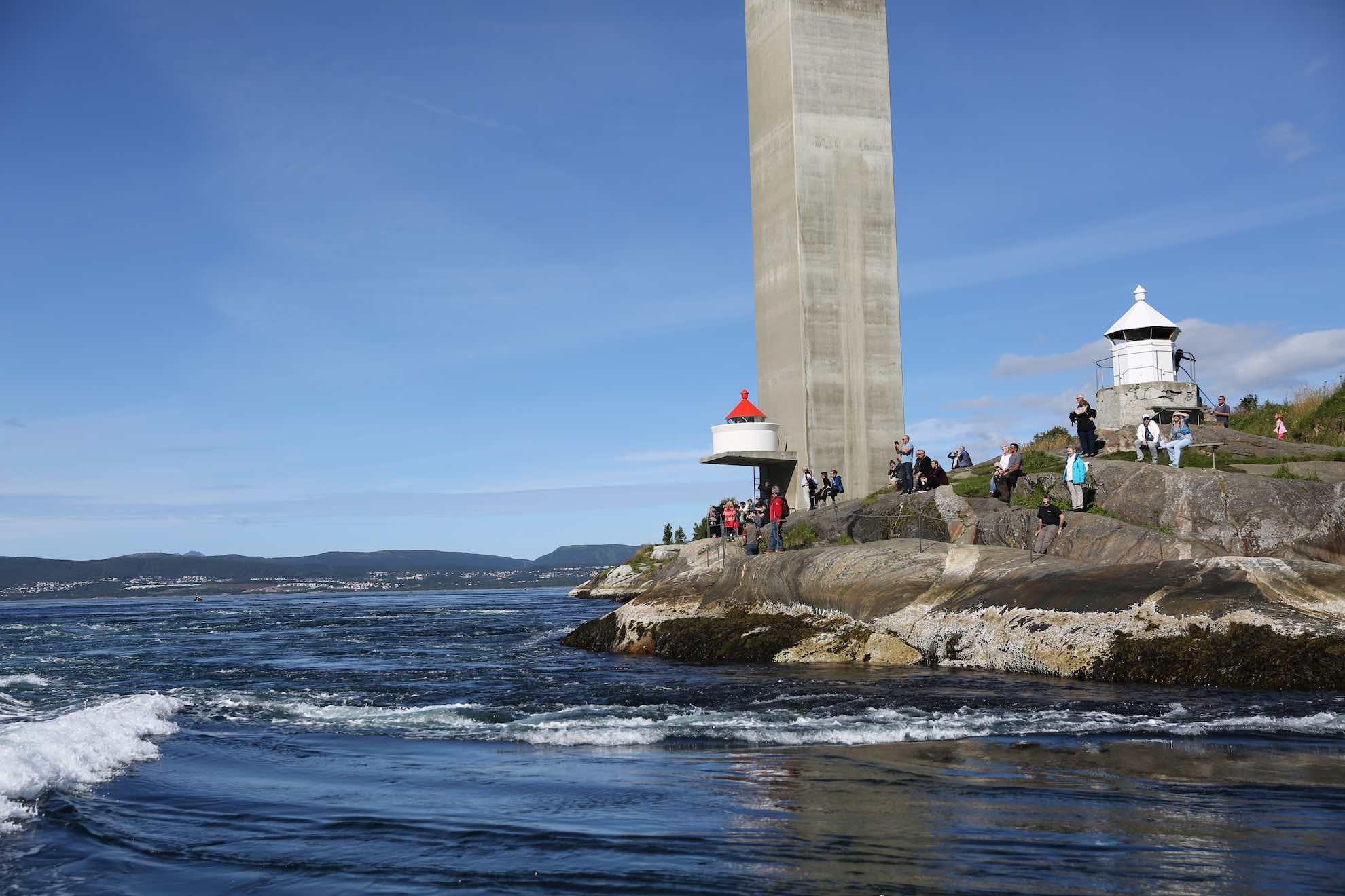 Gezeitenbedingt entstehen hier gewaltige Strudel zwischen den Inseln Straumøy und Knaplundsoya.
