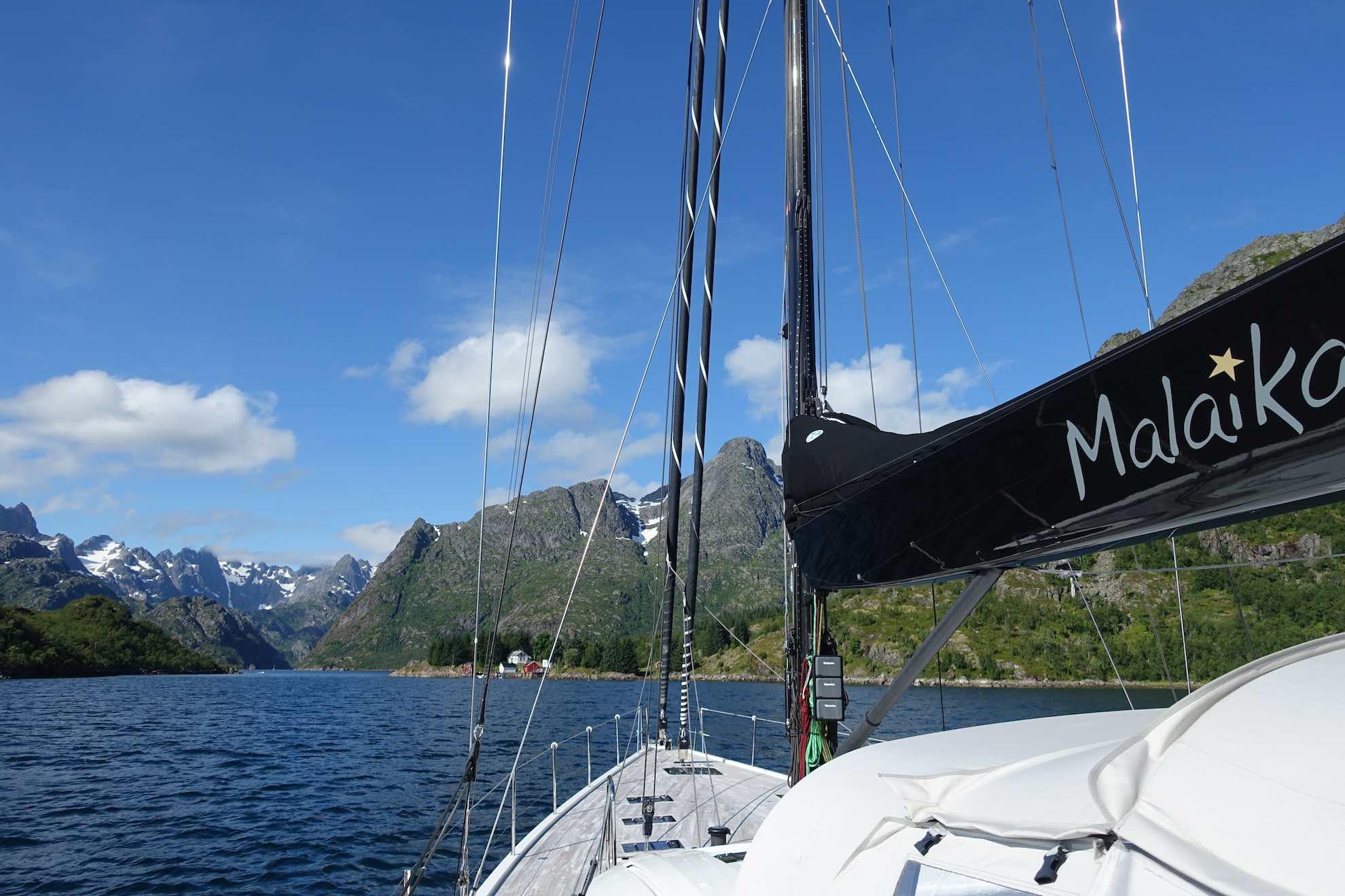 Malaika in den Fjorden der Lofoten.