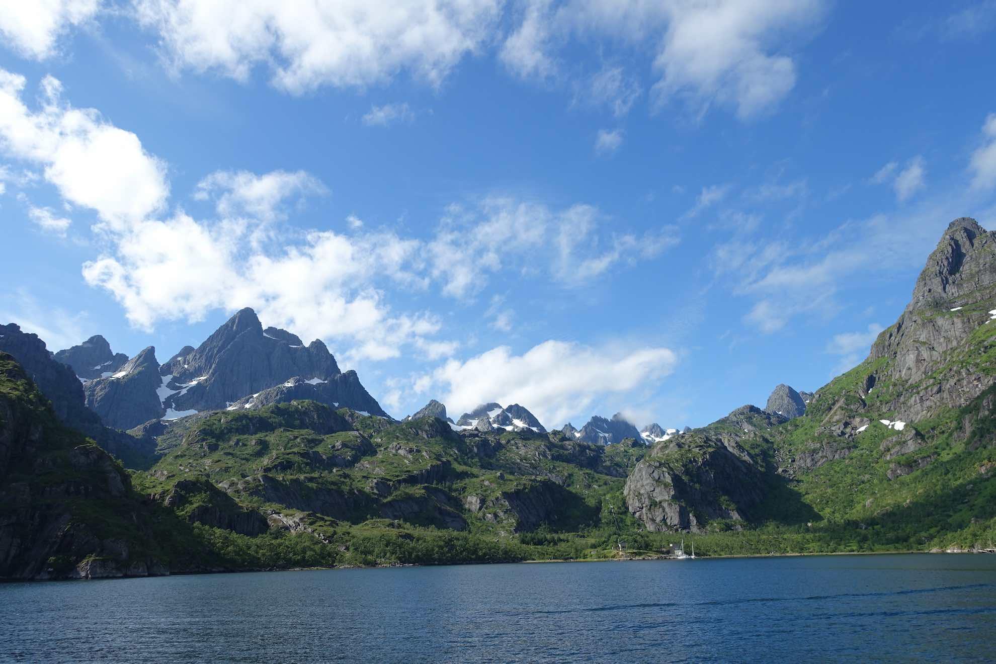 Der Weg führt durch den Raftsund, der die Vesterålen von den Lofoten trennt.