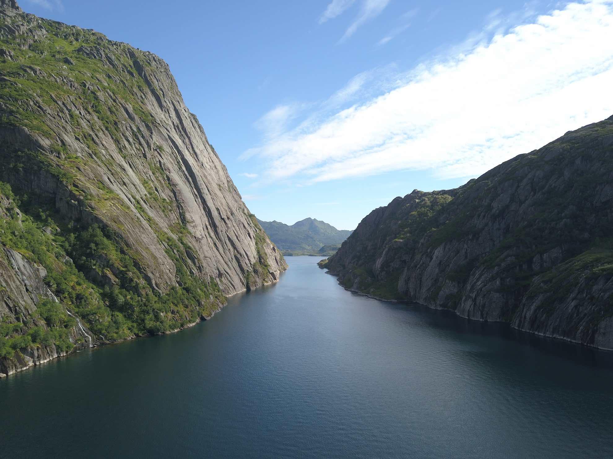 ... ist das Manöver für die zahlreichen Kreuzfahrtschiffe, die bis ans Ende des mitunter nur 100 Meter breiten Fjordes fahren, jedes Mal Millimeterarbeit.