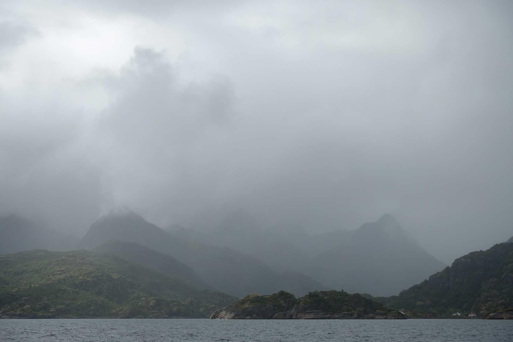 Nebel hüllt die Berge ein.