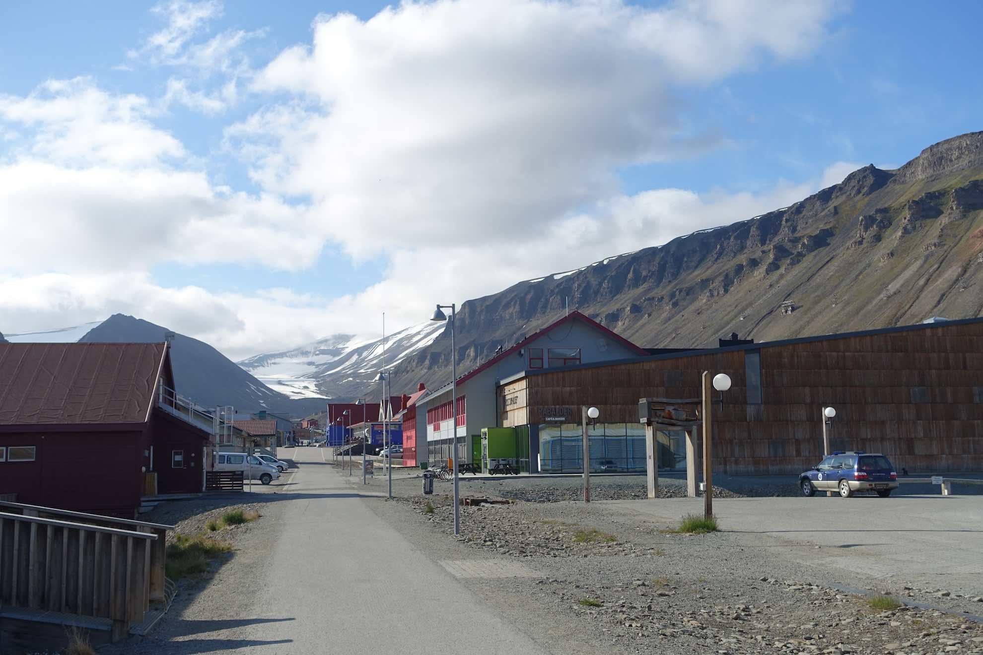 Der Flug geht erst am nächsten Tag. Wir schauen uns Longyearbyen an.