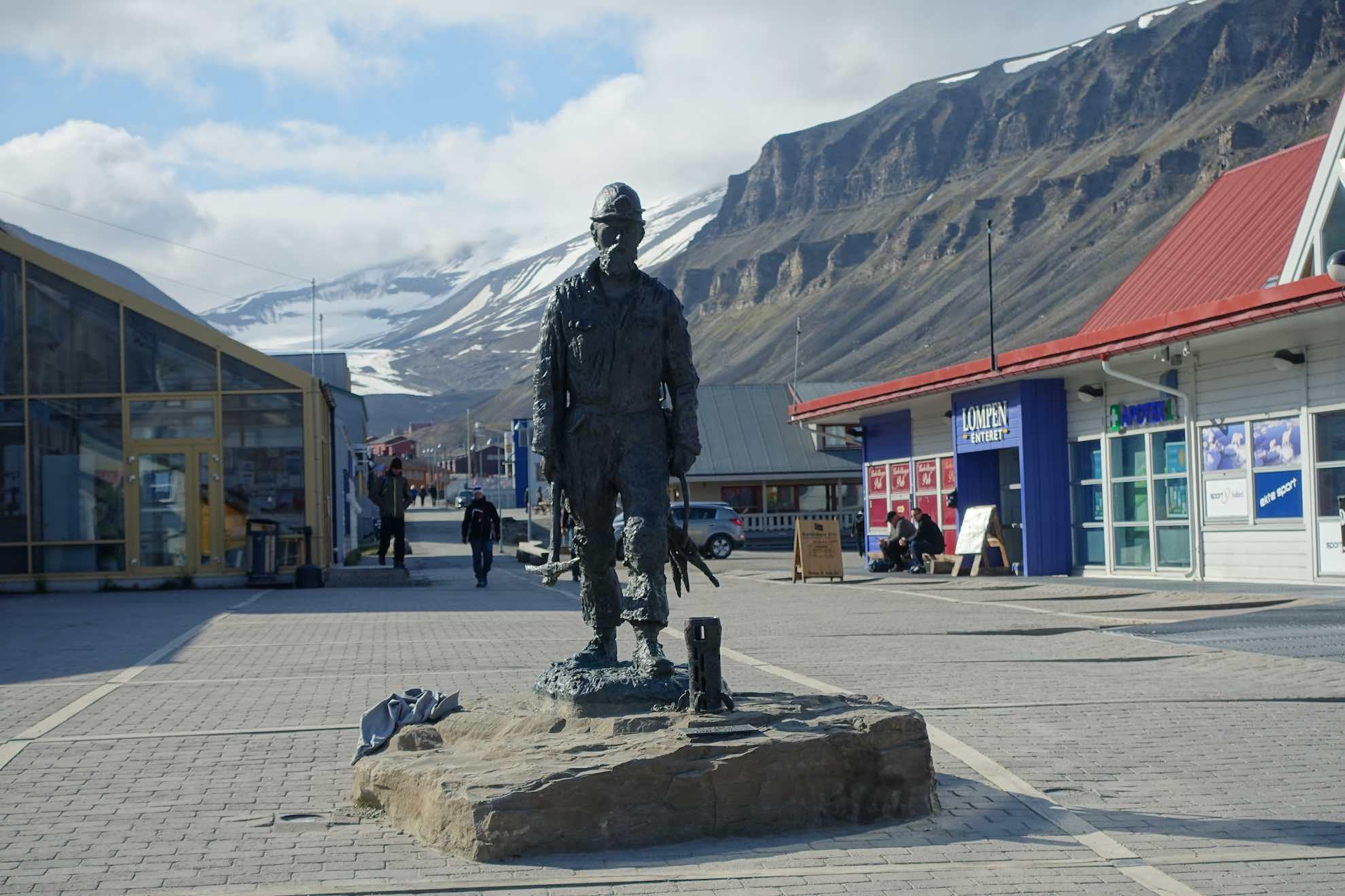 Die Statue eines Minenarbeiters in Longyearbyen.