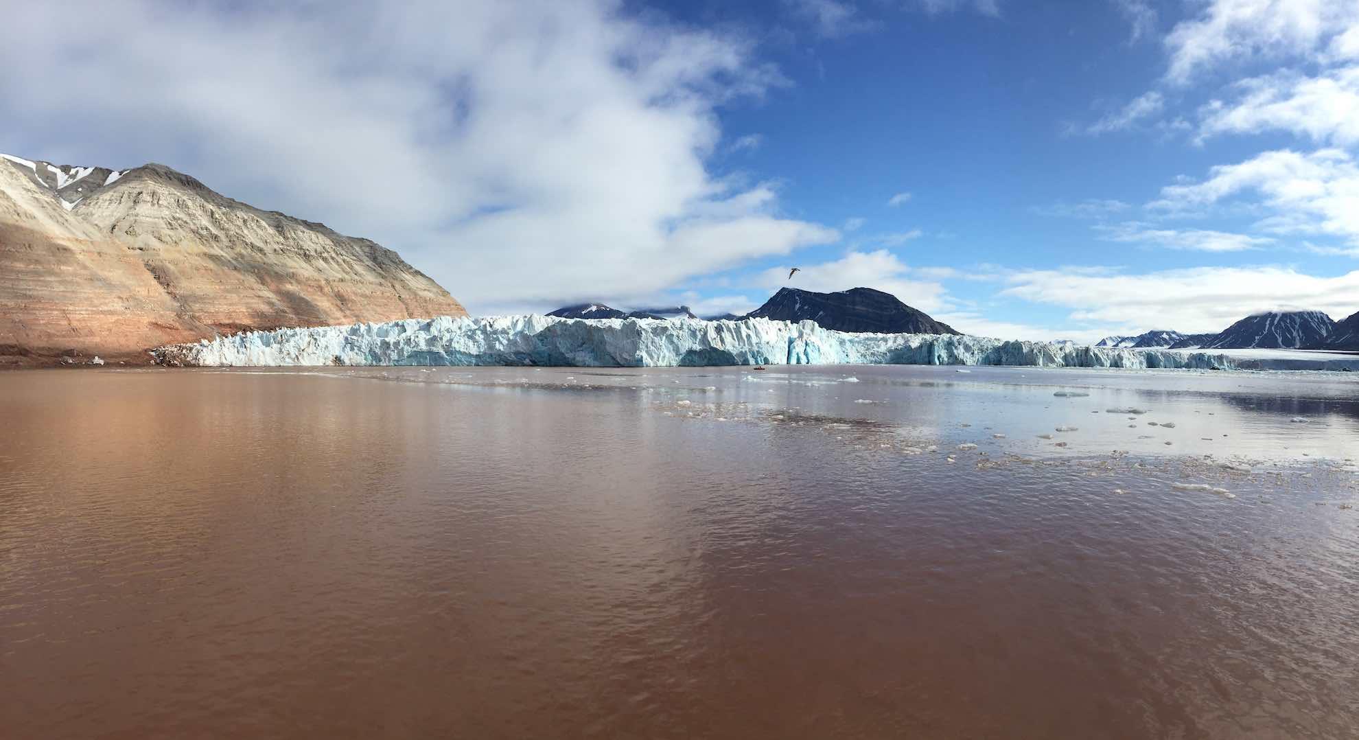 Wieder scheint das Wasser rostrot gefärbt durch das Gletscherwasser.