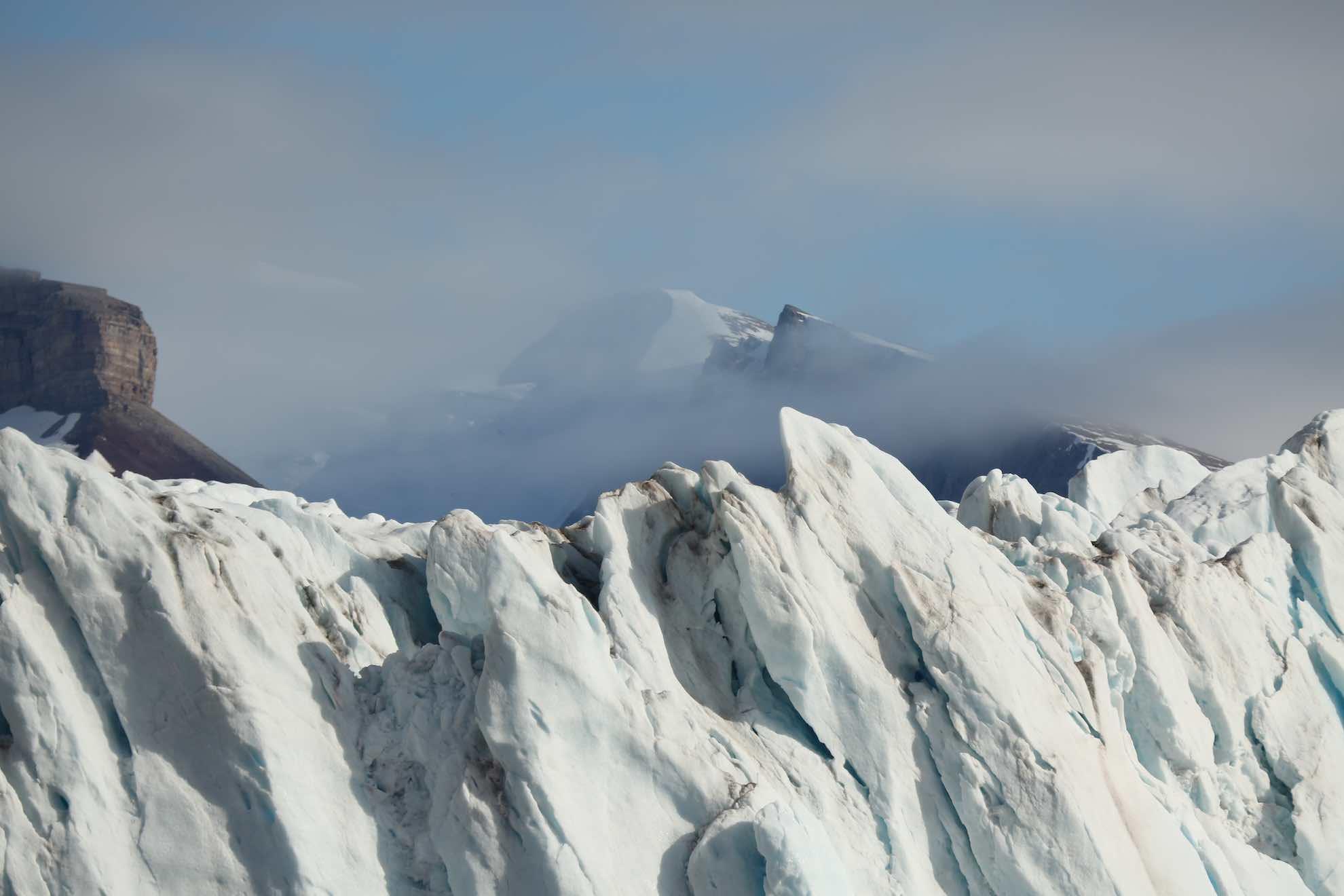 """... """"Spitzbergen"""" – also spitze, zackige Berge, analog zu den Eiszacken, die von weither sichtbar sind."""