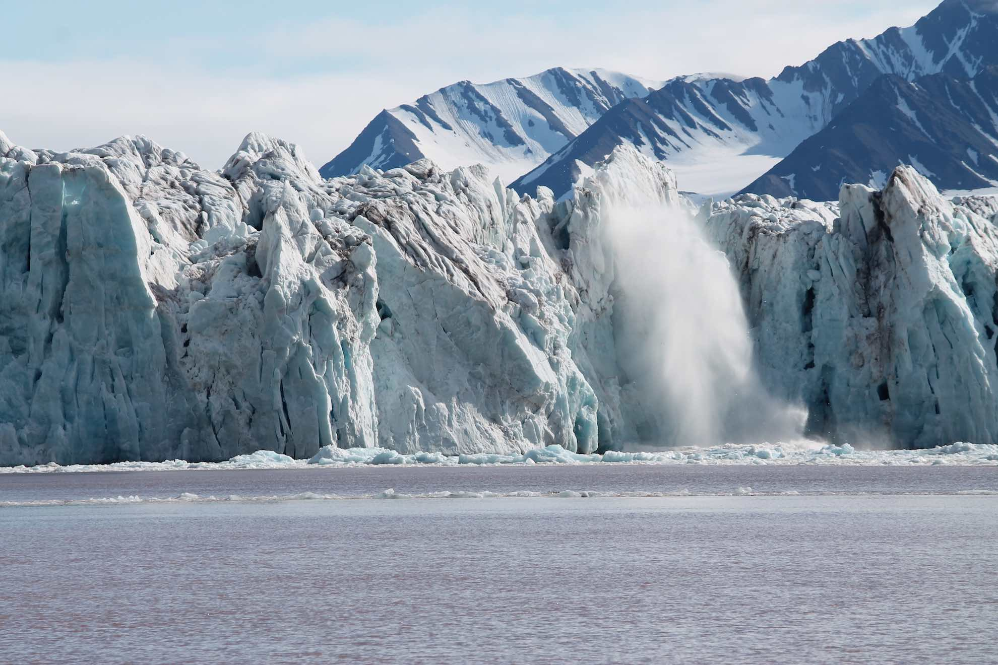 Wir passieren eine kalbende Gletscherfront, von der Eisbrocken abbrechen – ein wahres Naturschauspiel.