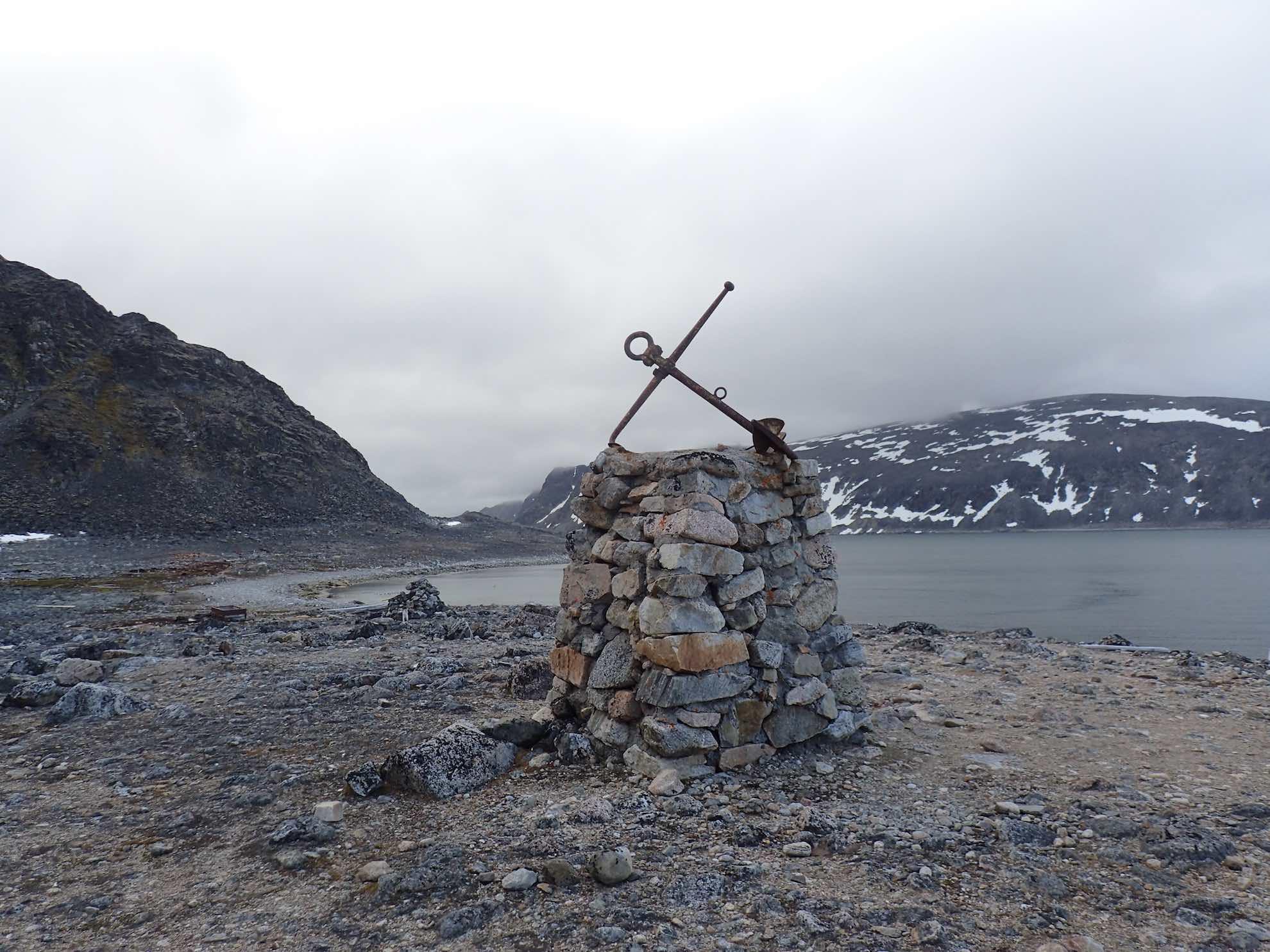 Virgohamna spielt eine spannende Rolle in der Geschichte Spitzbergens. Einige Überreste wie dieser Ofen zeugen noch davon.