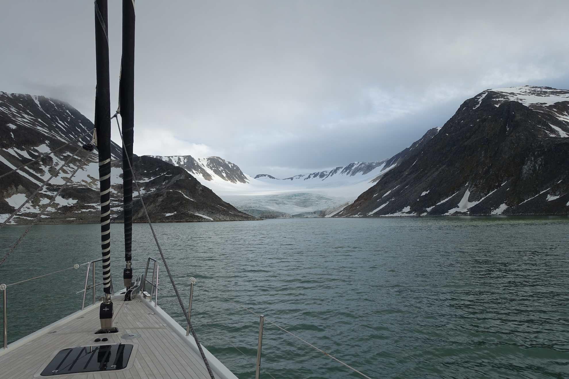 ... finden wir eine beeindruckende Gletscherkulisse ...