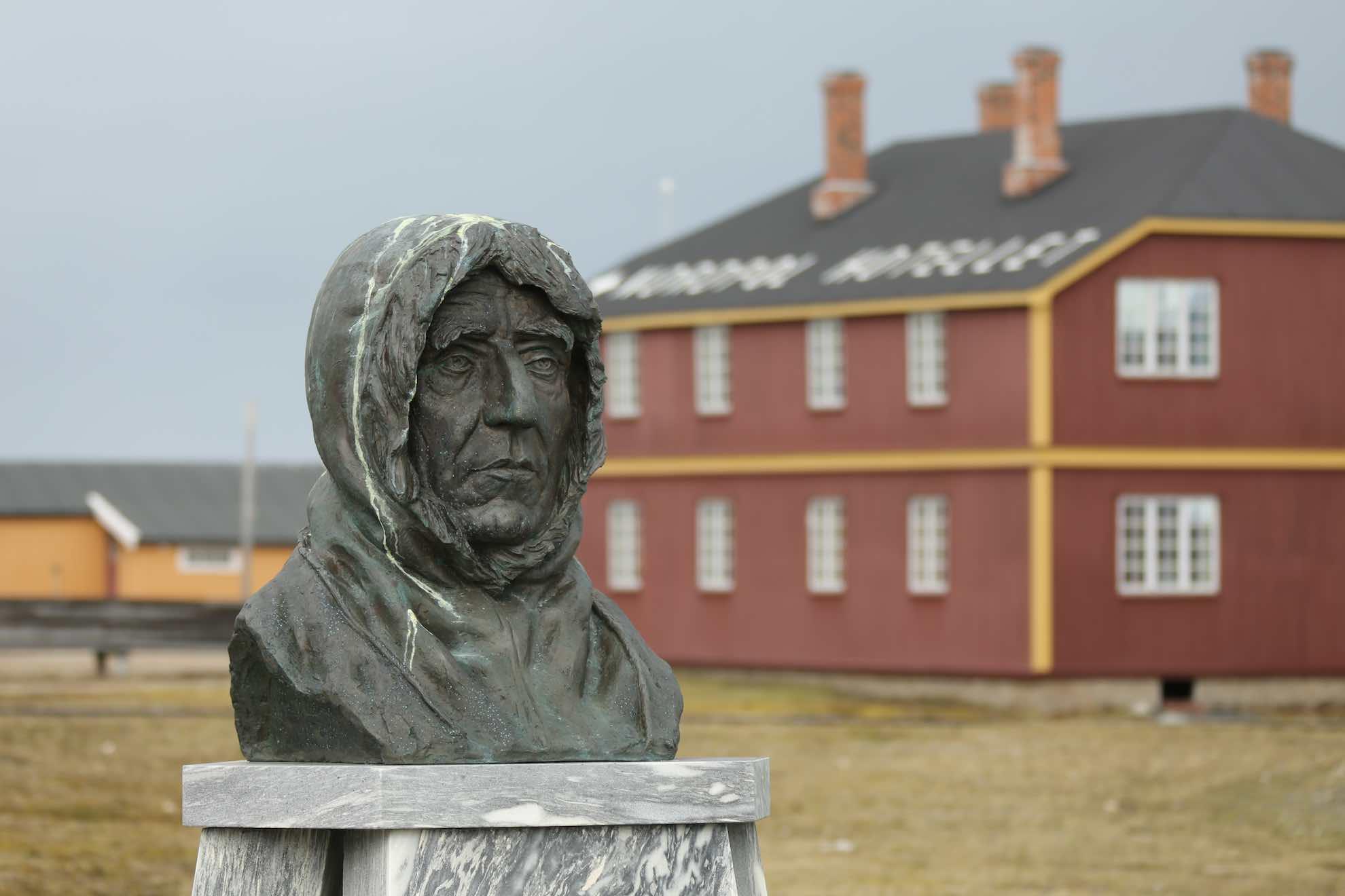 Eine Statue Roald Amundsens steht im Zentrum des Ortes, von dem aus er einige seiner Expeditionen startete.