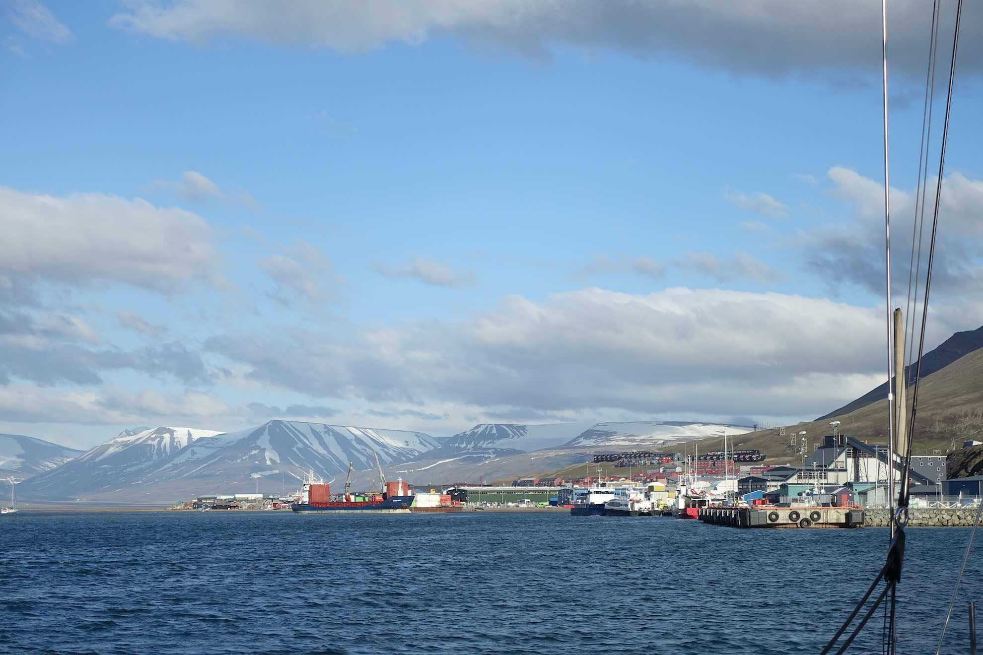 Den Hafen von Longyearbyen kennen wir schon, diesmal haben wir unseren Freund Arno abgesetzt.