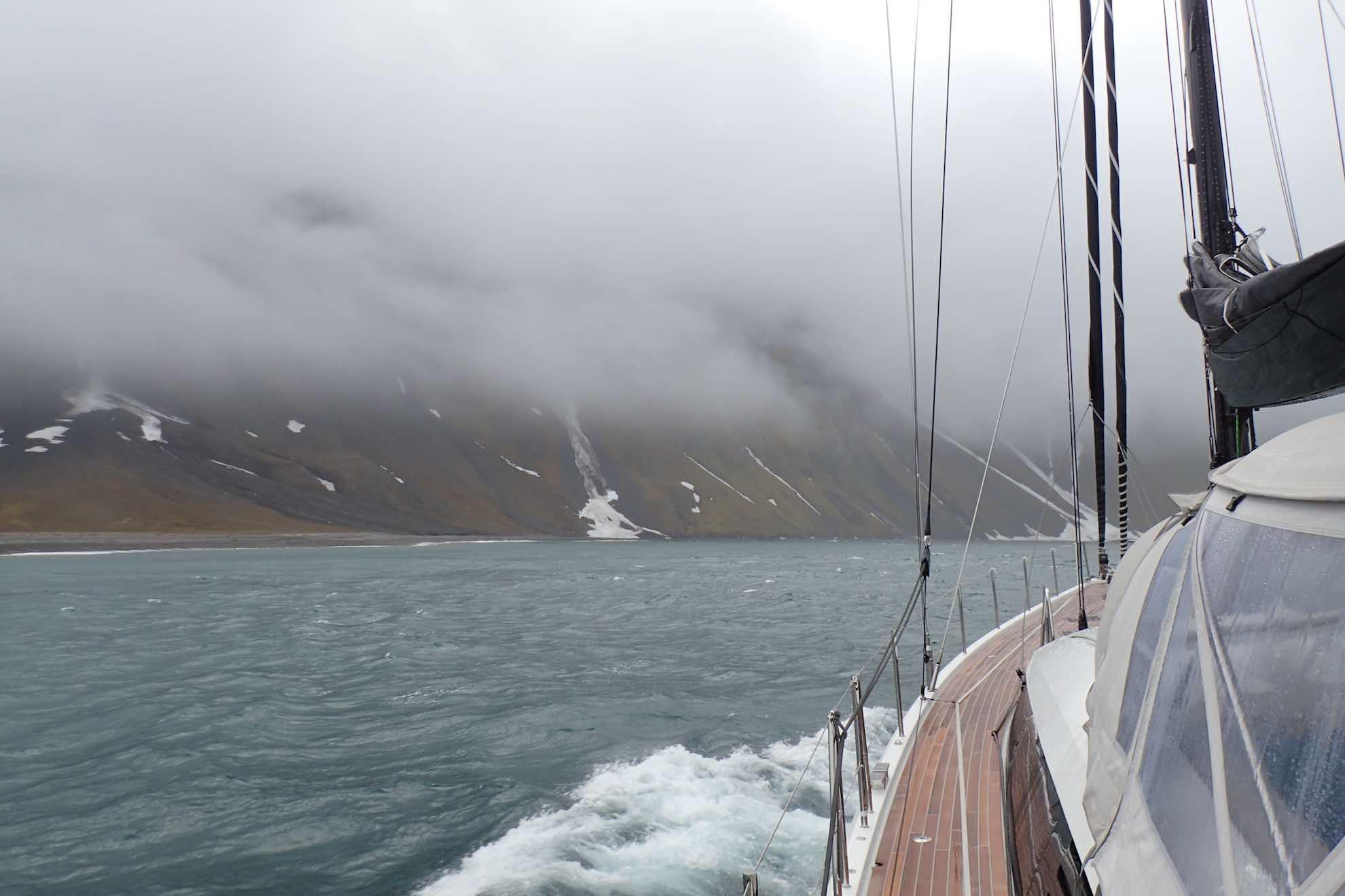 Wir fahren vom nördlichen Van Mijenfjorden in den südlicheren Van Keulenfjorden.