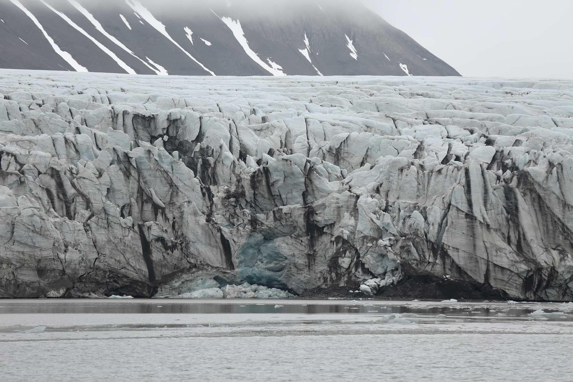 ... am nördlichen Ufer des Van Mijenfjorden.