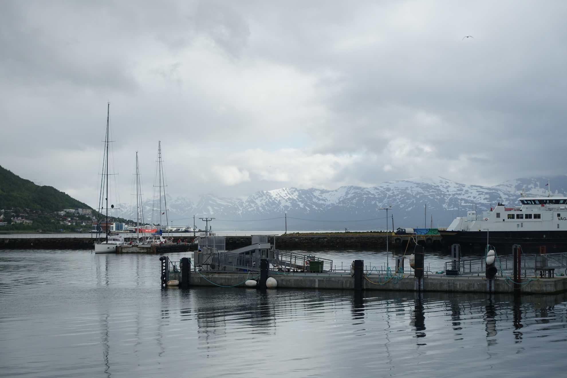 Unser Schiff ist eine von wenigen Segelyachten im Hafen von Tromsø.