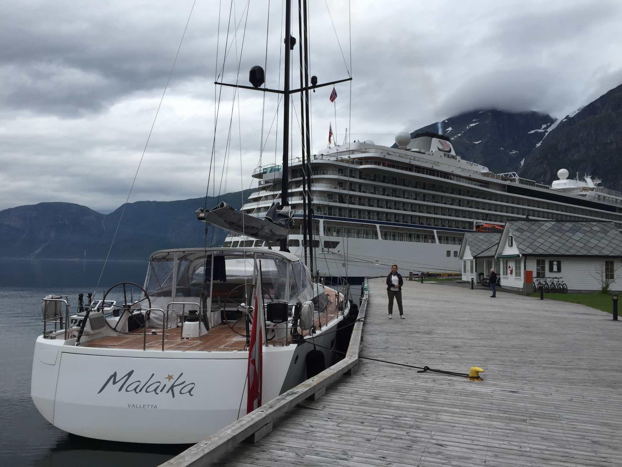 Malaika wirkt fast klein angesichts der Kreuzfahrtschiffe, die hier regelmäßige Besucher sind.