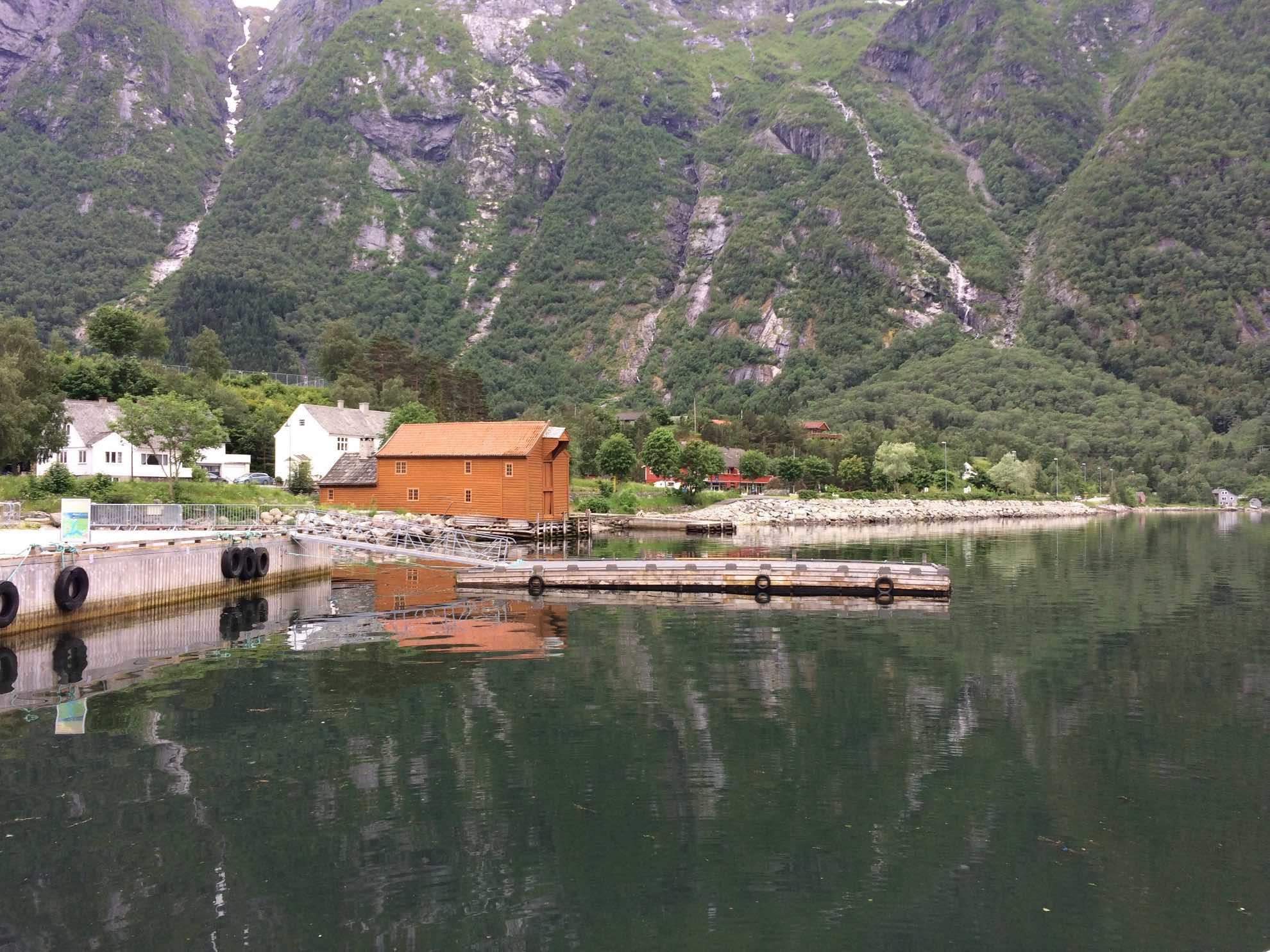 In Eidfjord, einer kleinen Gemeinde am gleichnamigen Fjord, der der westliche Arm des Hardangerfjordes ist.