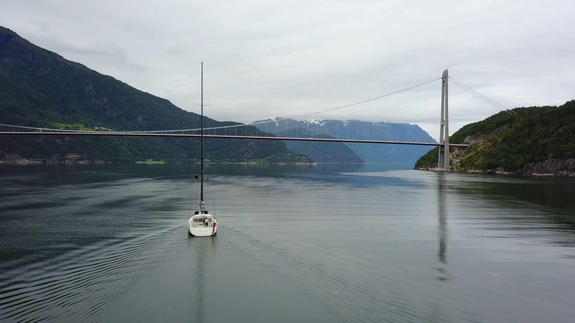 Tatsächlich aber ist genug Luft zwischen Malaikas Mastspitze und der Hardangerbrücke über dem gleichnamigen Fjord.