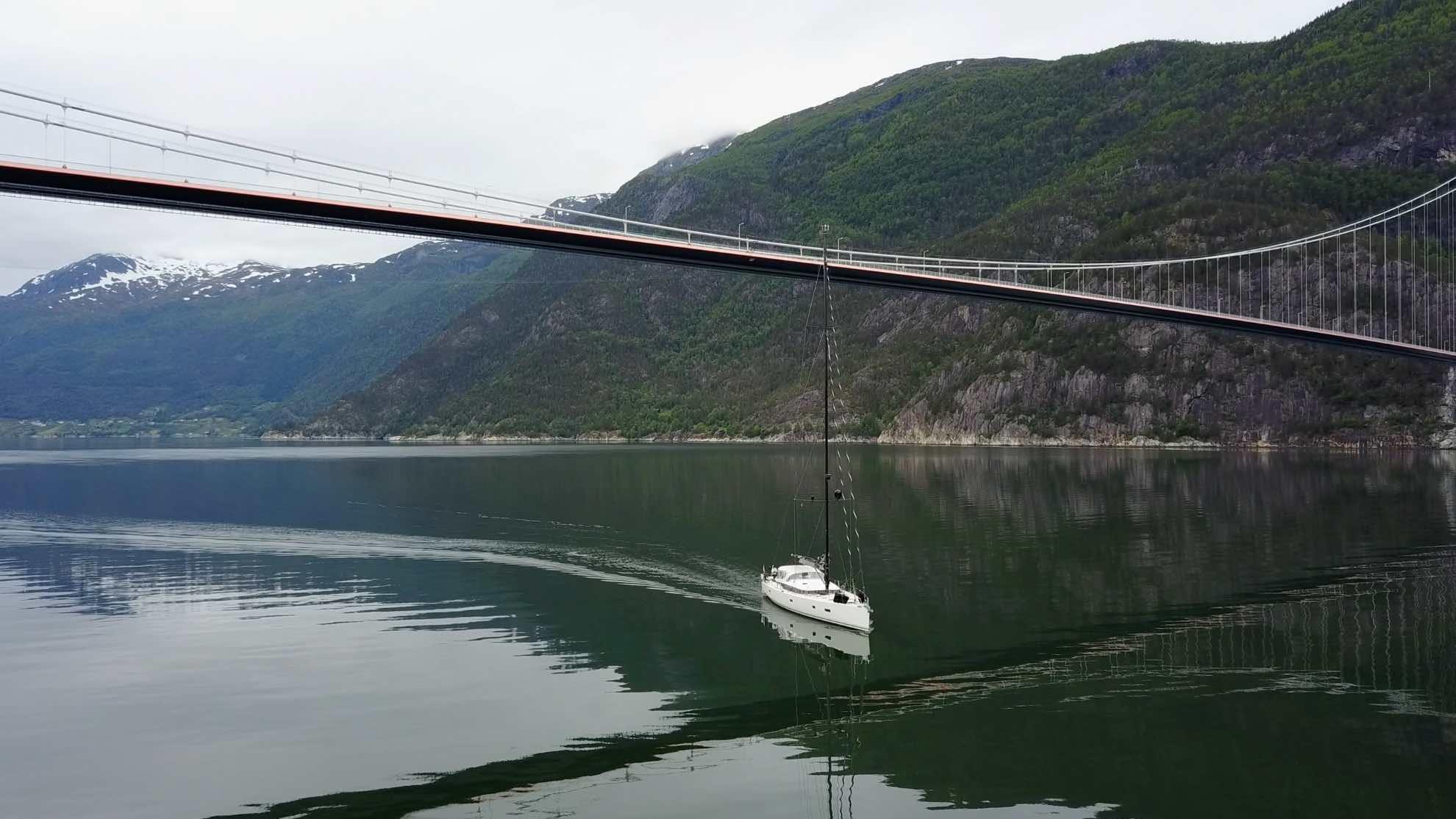 Etwa 34 Meter ragt unser Rigg in die Höhe, 55 Meter Platz sind unter der Brücke – passt