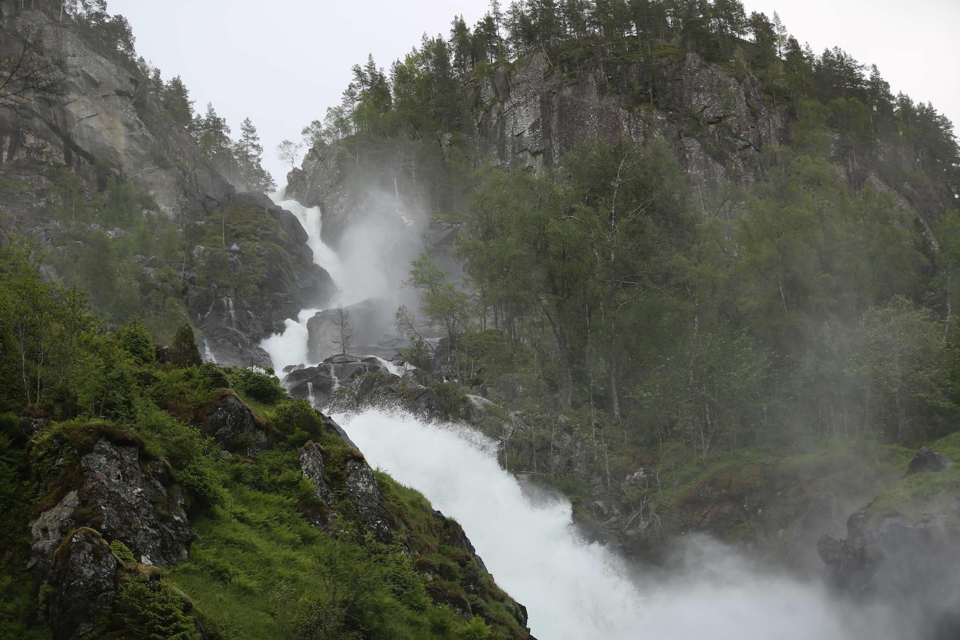 Für einen Ausflug zu den Låtefoss-Wasserfällen südlich von Odda ist es noch nicht zu spät – es ist schließlich fast rund um die Uhr hell.