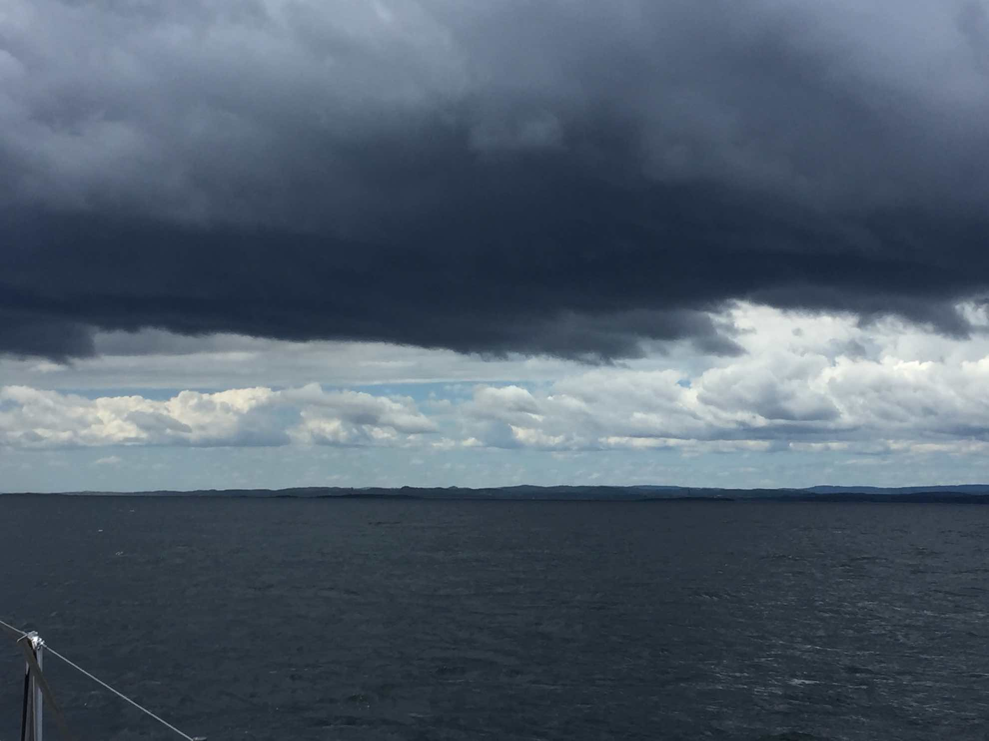 Die Fahrt an der norwegischen Küste entlang beginnt mit düsterem Himmel.