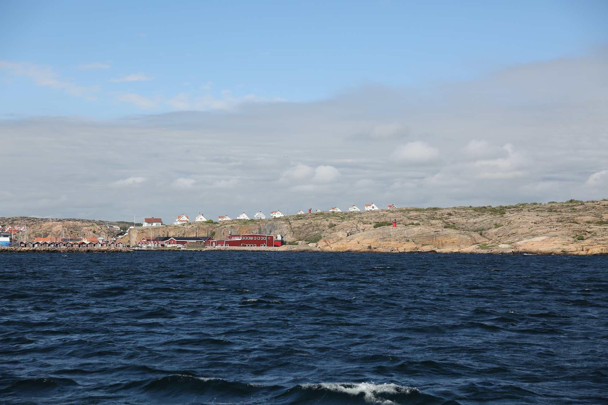Es klart auf. Unser Ziel, die Insel Smögen, ist mit einer Brücke mit dem Festland verbunden.