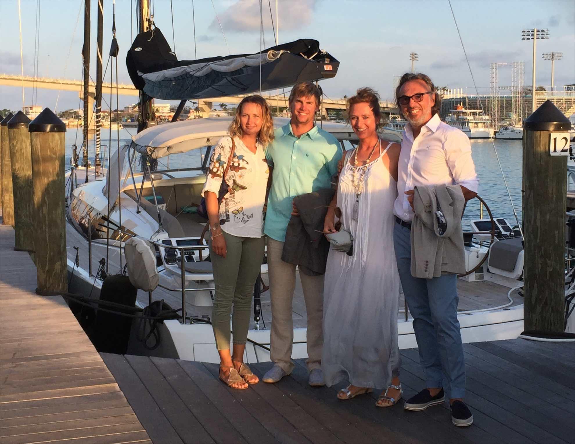 Wir genießen den letzten milden Abend zusammen mit der Crew Ryan und Veronika.