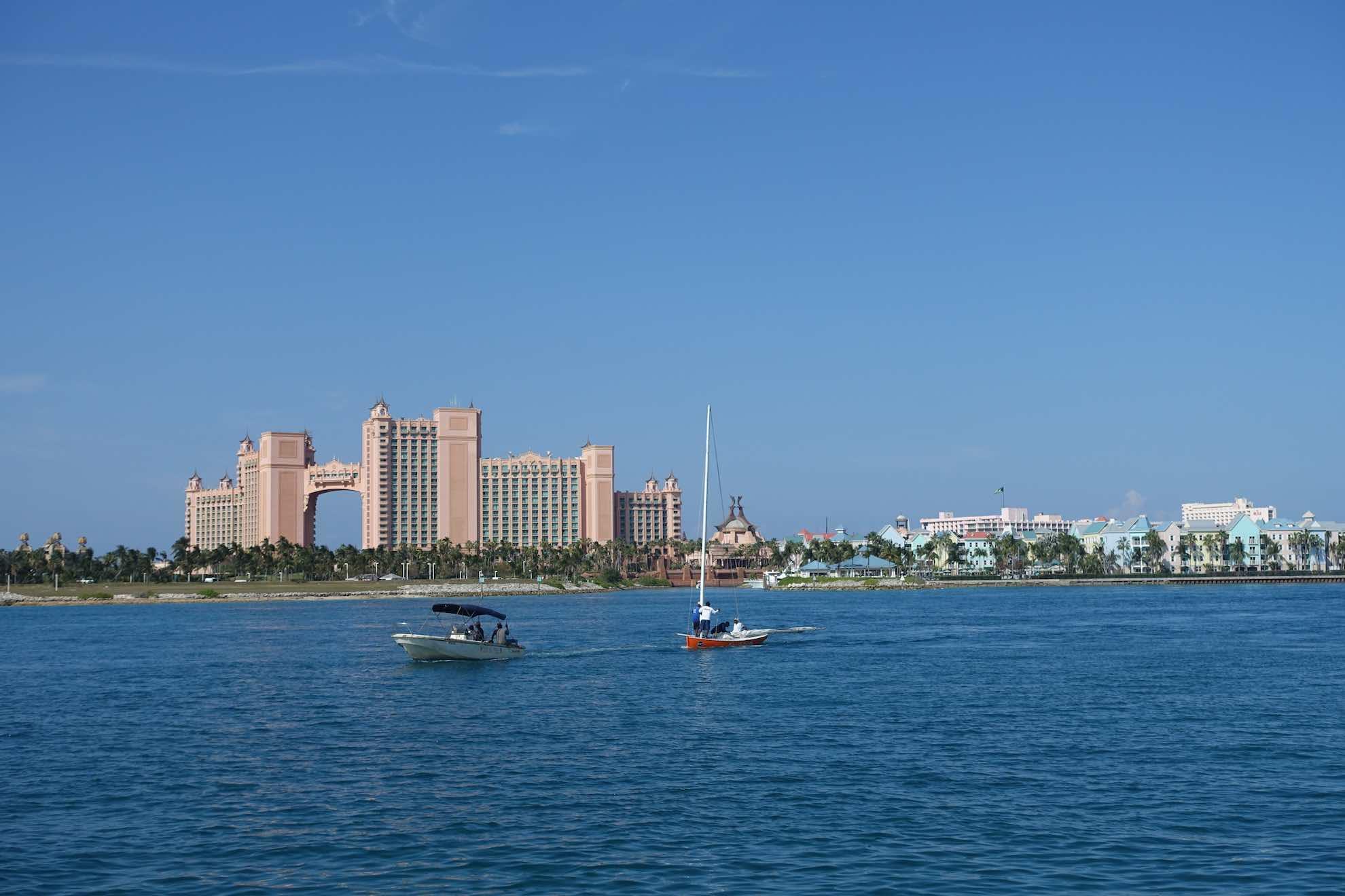 Das berühmte Hotel Atlantis ist unübersehbar.