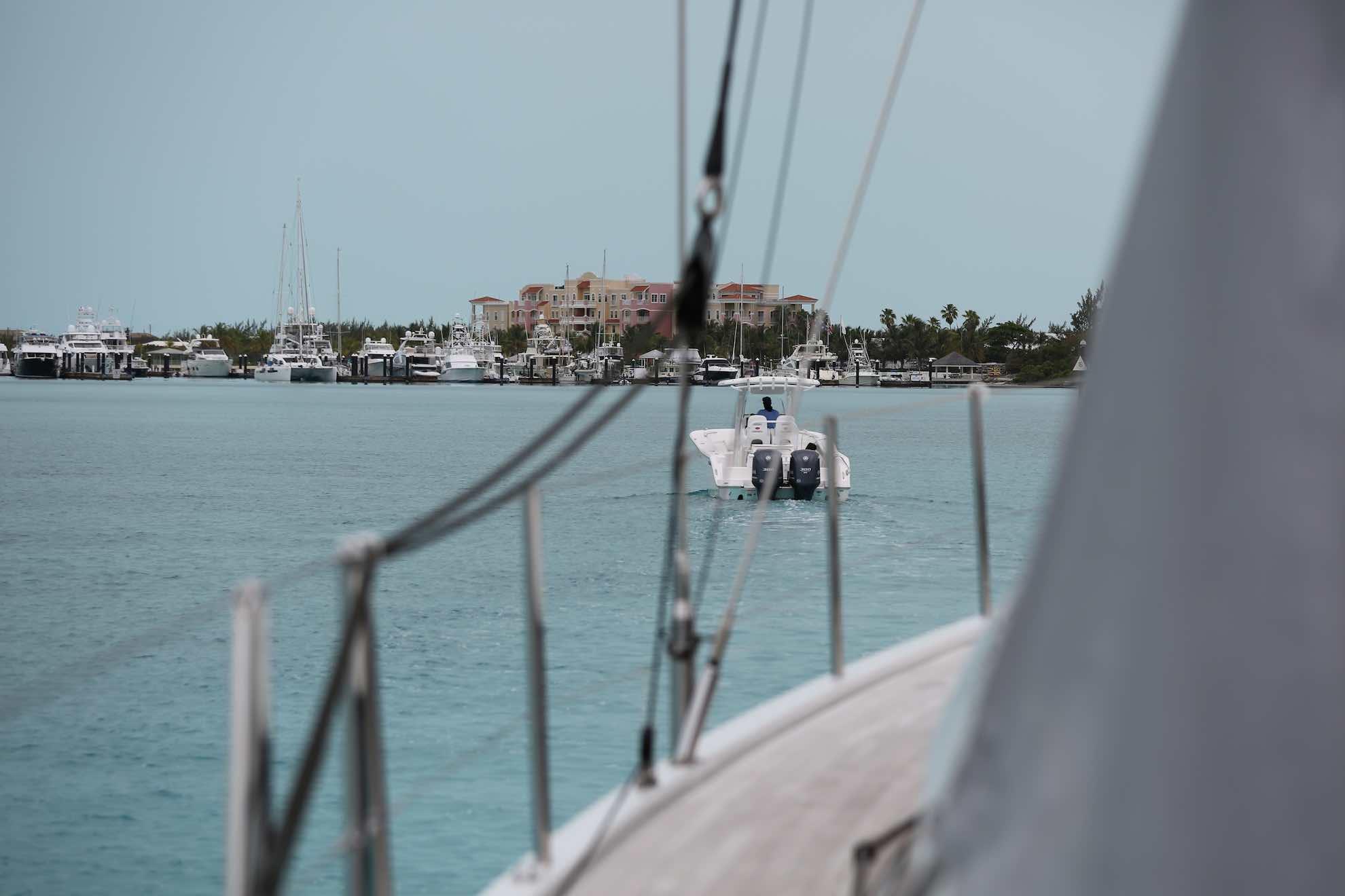 Sandbänke überall – ein Lotsenboot zeigt uns den Weg in den Hafen.
