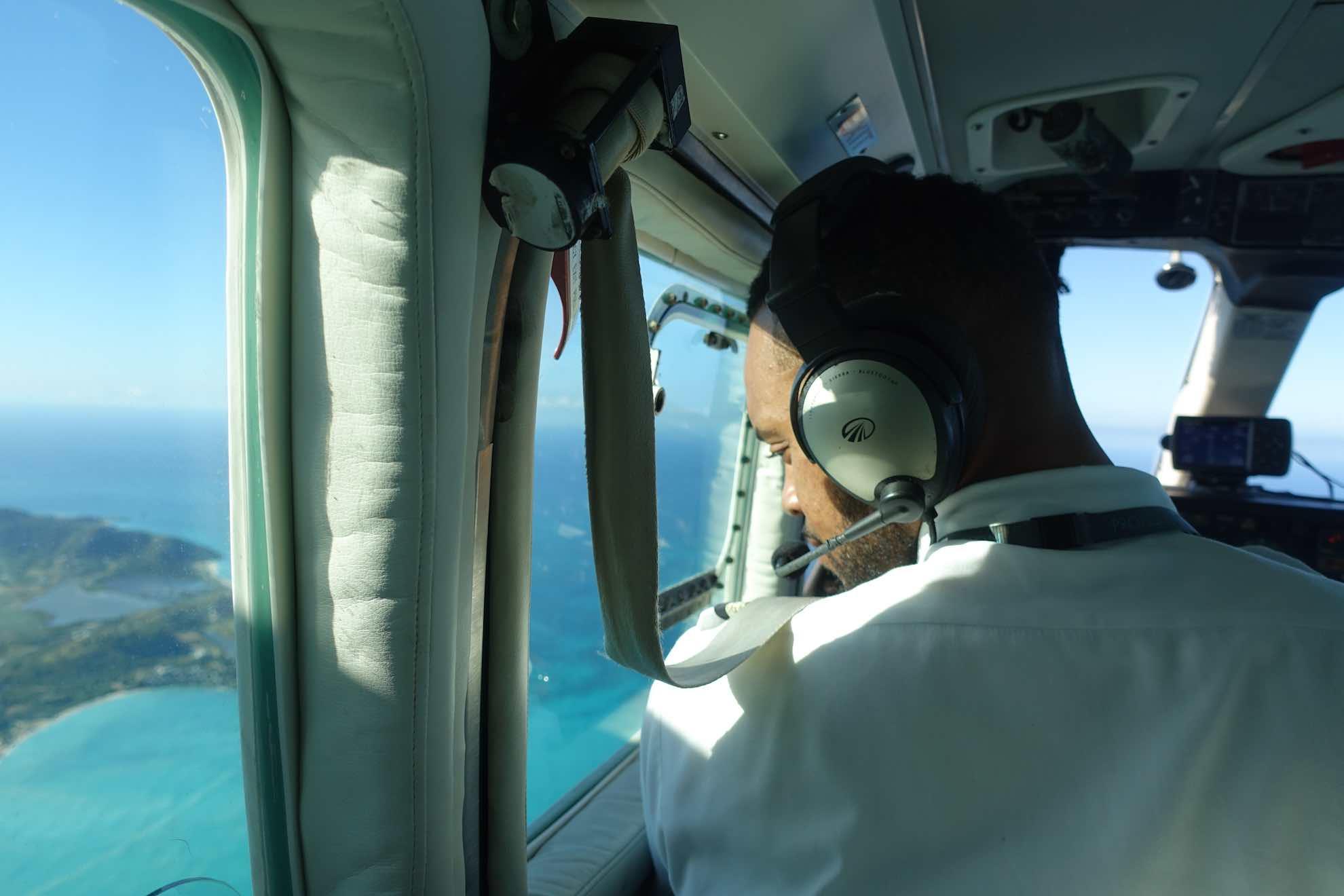 Als einzige Passagiere können wir dem Piloten über die Schulter schauen.
