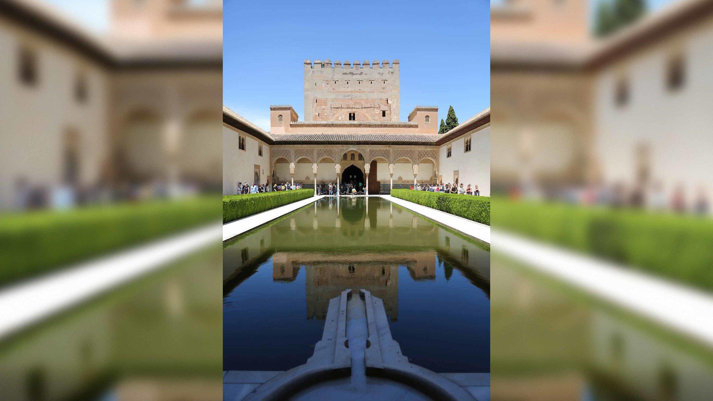 Die Ansammlung an Palästen wurde von verschiedenen Herrschern ab 1239 über mehrere Jahrhunderte hinweg errichtet.