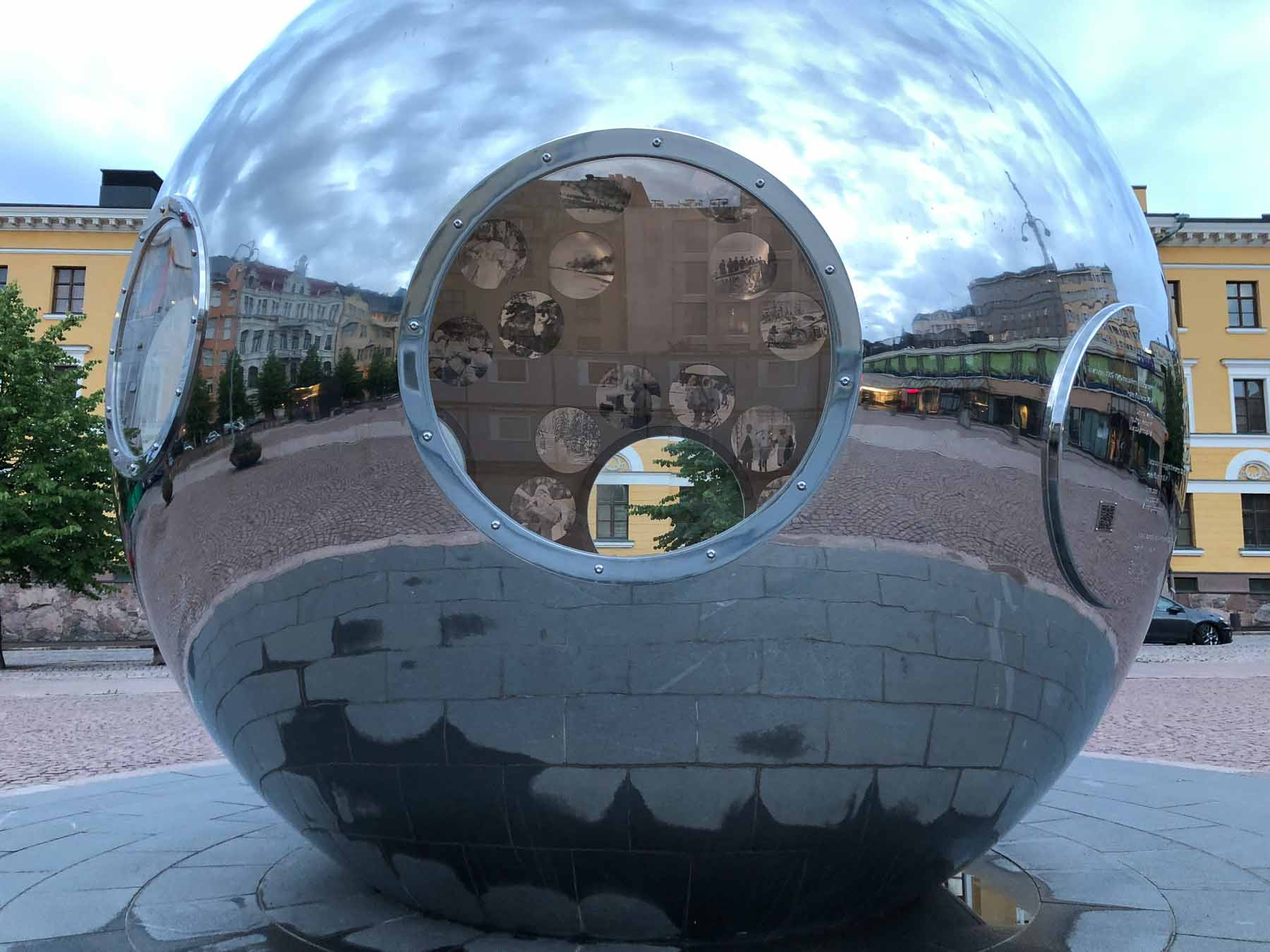 Blick in die Kugel: Modern Art in der Stadt