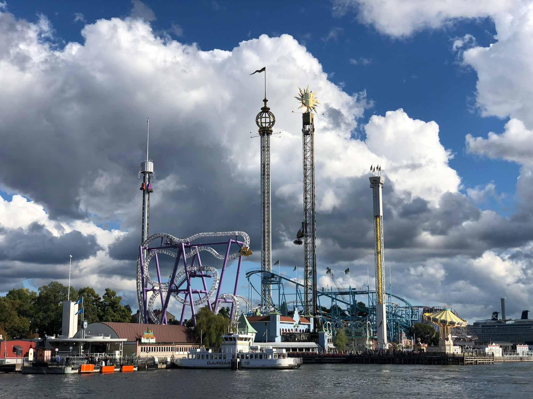 Wir passieren den Freizeitpark Gröna Lund Tivoli