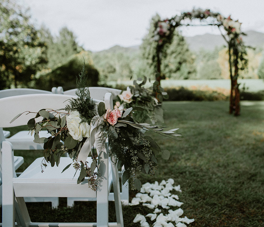Urban Farm Girl Flowers offers complete floral wedding decor for weddings in the Asheville, NC area.Photo © Folk and Wayfarer http://folkandwayfarer.com/