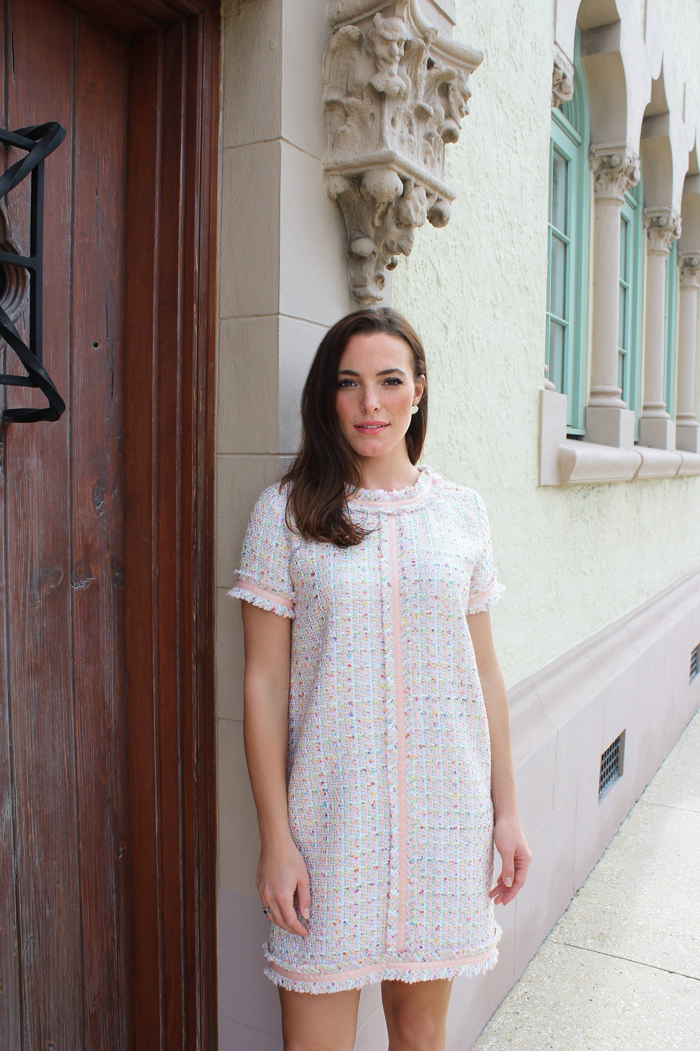 This casual tweed dress is made from richly-textured matrix-patterned cloth in spring colors and finished with pink trim, creating a light and airy feel.