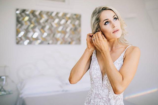 Moments before💫@hillekesiriwardena getting ready for her Positano wedding