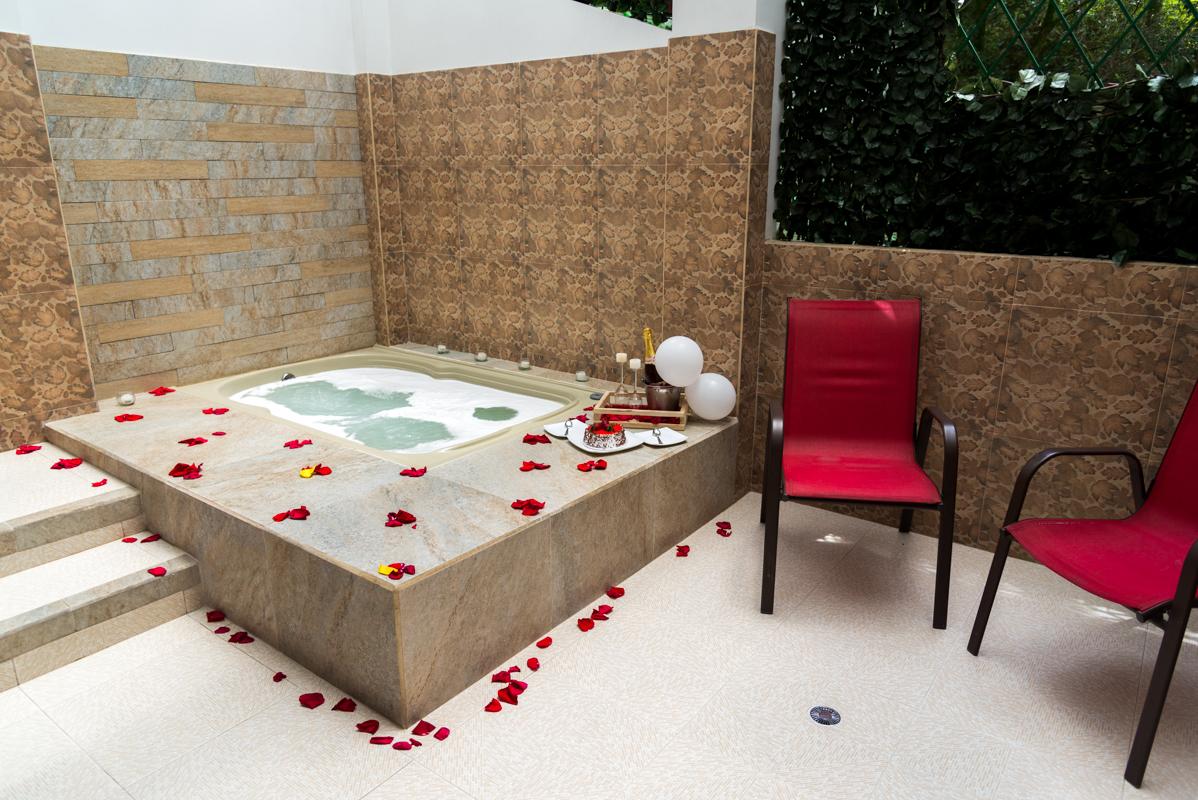 Suite Spa FLOR DE LOTUS - Bajo el solarium, a la luz del sol, se pueden sumergir en un momento sensual en pareja. Es como estar desnudos en la terraza sin que nadie los vea.Más detalles ➝
