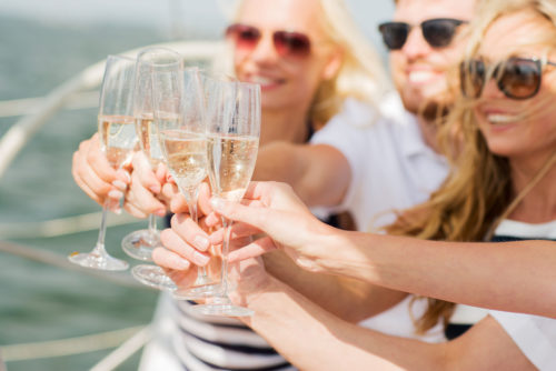 Friends-cheers-on-a-Miami-yacht-charter-itinerary--500x334.jpg