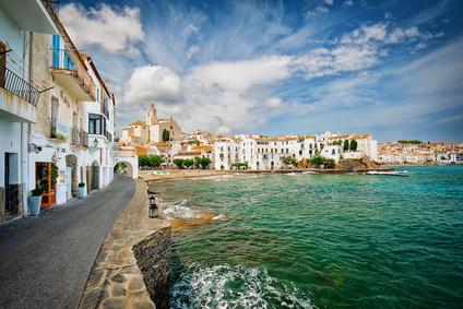 Cadaques - Malerisches Künstlerdorf mit Flair: Cadaques - ein Dorf, das malerischer nicht sein könnte. Das dachte sich sicherlich auch Salvador Dalí, der hier wohnte. Der bezaubernde Ort mit seinen engen Gassen und weißen Häusern, ausgefallenen Boutiquen, Handwerksläden und Restaurants liegt ums Eck südlich vom Cap de Creus und zählt zu einem der schönsten an der Costa Brava. Warum? Finden Sie es heraus >>